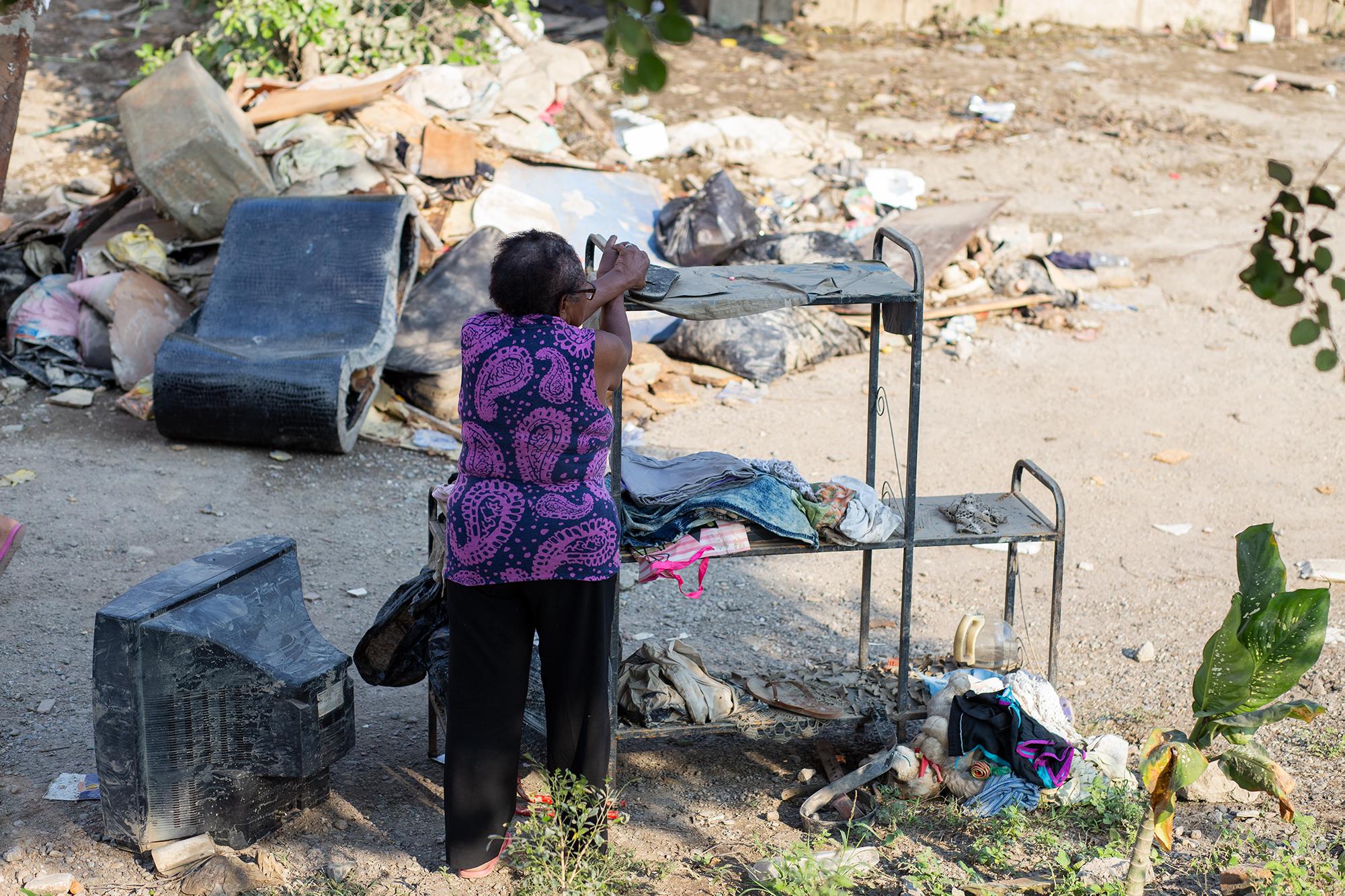 Una mujer se apoya sobre un mueble de sala en la colonia 23 de septiembre, del municipio de La Lima, donde al menos unas 200 familias salieron afectadas por las inundaciones provocadas por la tormenta tropical Eta. La Lima, Cortés, 13 de noviembre de 2020. Foto: Martín Cálix.