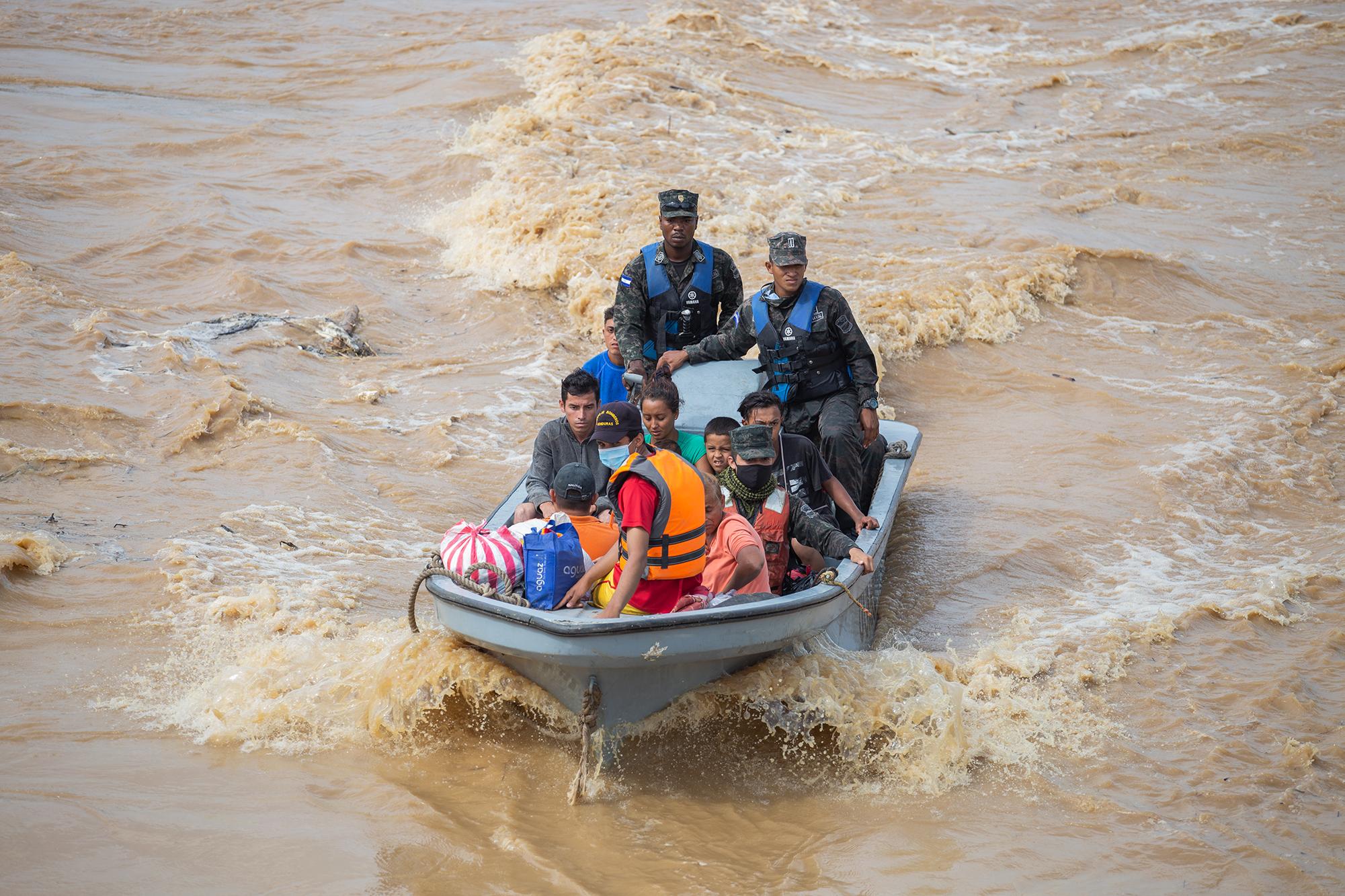 La Fuerza Naval de Honduras y el Cuerpo de Bomberos del municipio de El Progreso, en labores de rescate de personas afectadas por las inundaciones en la Aldea El Socorro, Finca Ocho. El Progreso, Yoro, 18 de noviembre de 2020. Foto: Martín Cálix.
