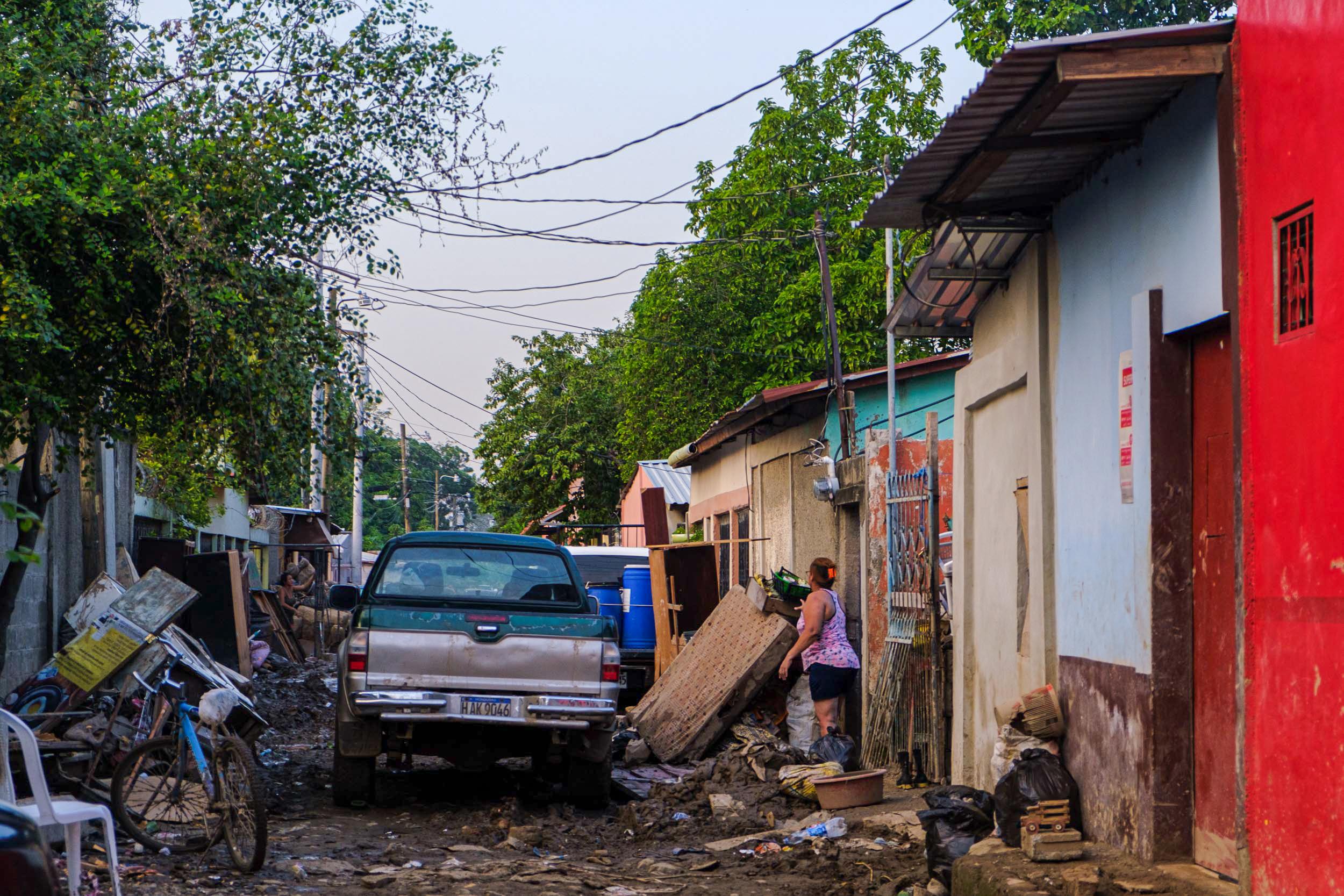 Muchos vecinos perdieron la mayor parte de sus pertenencias. San Pedro Sula, 10 de noviembre 2020. Foto: Deiby Yanes.