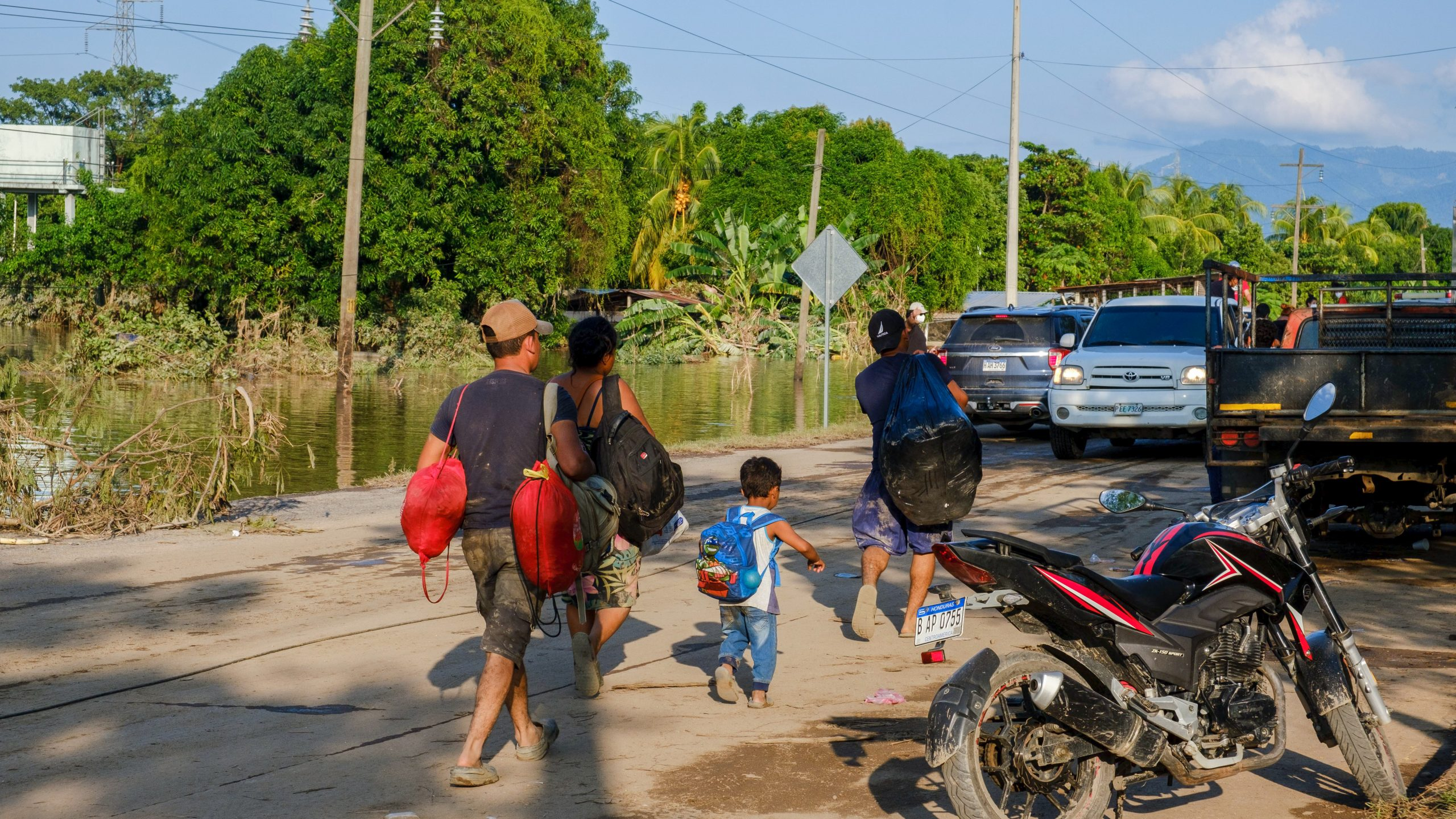 Una familia intenta viajar desde La Lima hasta el Progreso, Yoro, pero la fuerza de las aguas impide el paso de vehículos. La Lima, Cortés, 7 de noviembre de 2020. Foto: Deiby Yanes.