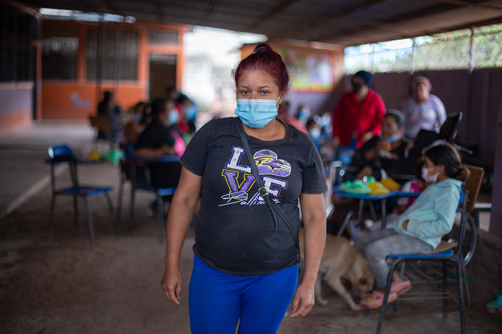 Marta de 42 años, es madre soltera de tres hijos y una nieta, ella y toda su familia han debido buscar refugio en el albergue de la Escuela 17 de septiembre en la colonia Nueva Suyapa de la capital hondureña. Marta sostiene a su familia de la venta de frutas que realiza de manera ambulante en el campus de la Universidad Nacional Autónoma de Honduras (UNAH), pero desde marzo la UNAH ha estado cerrada debido a las restricciones impuestas por el gobierno hondureño debido a al expansión de la Covid-19 en el país. Tegucigalpa, 5 de noviembre de 2020. Foto: Martín Cálix.