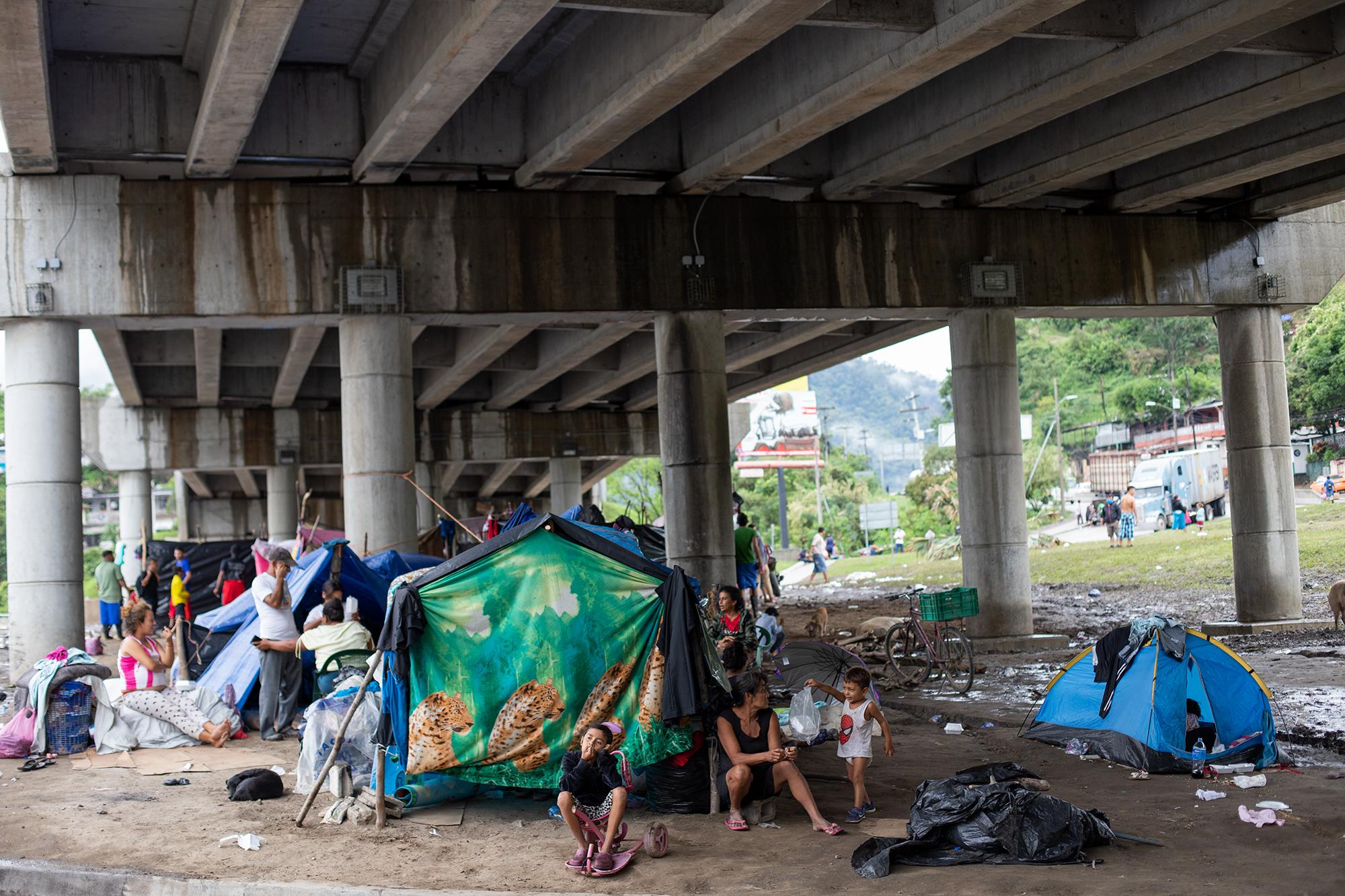 Al menos unas 350 familias se han refugiado bajo el puente de la salida a occidente, luego de las inundaciones provocadas por las tormentas tropicales Eta e Iota que devastaron el sector de Chamelecón. San Pedro Sula, 21 de noviembre de 2020. Foto: Martín Cálix.
