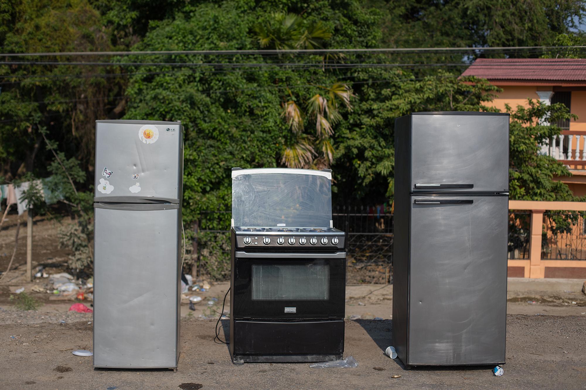 Algunos electrodomésticos que han sido rescatados por sus dueños en la colonia 23 de septiembre, de La Lima, quizá estén dañados y no vuelvan a funcionar. La Lima, Cortés, 13 de noviembre de 2020. Foto: Martín Cálix.