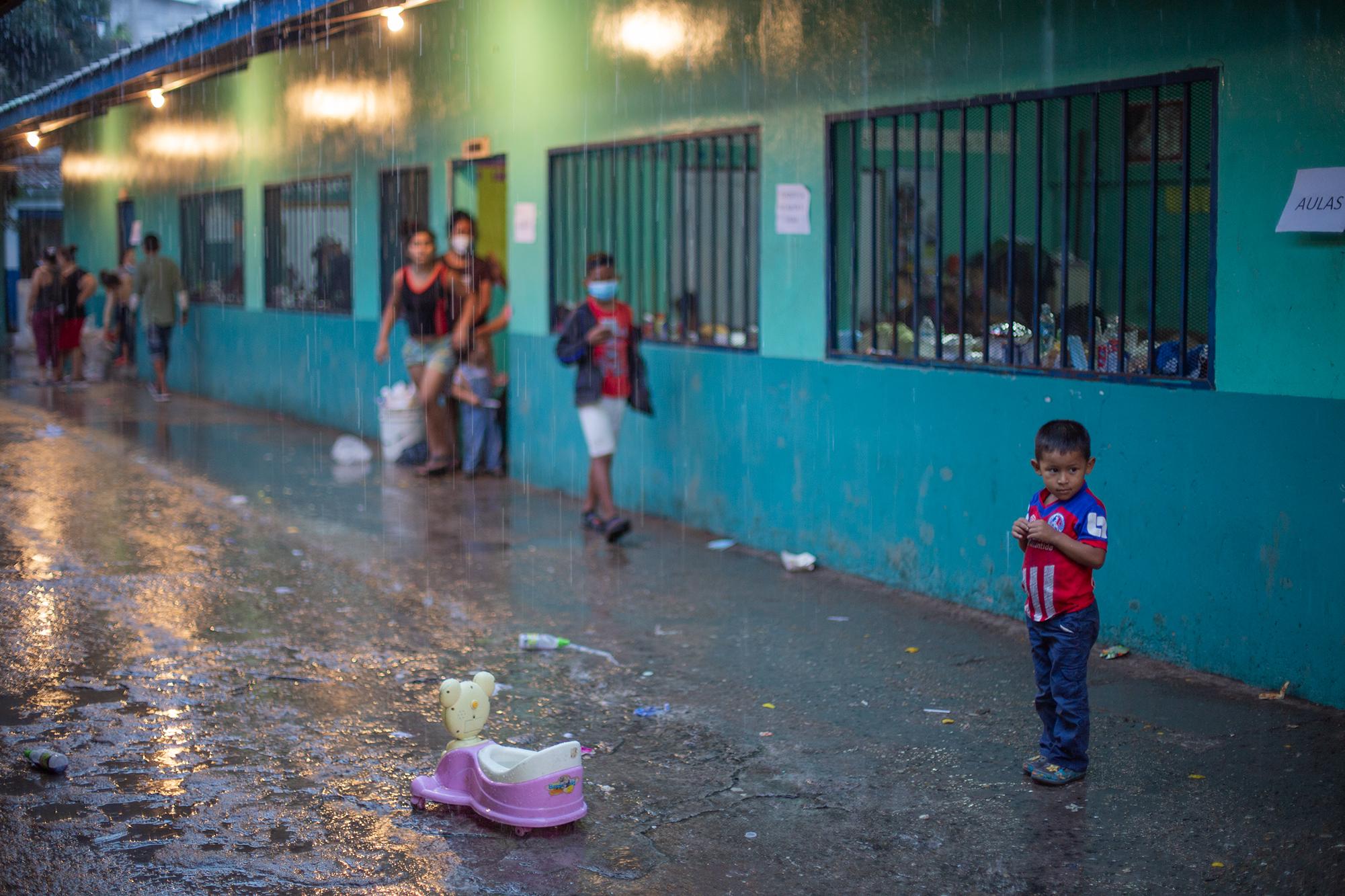 Un niño observa la lluvia  mientras juega en el albergue de la Escuela Profesor Toribio Bustillo de la colonia Las Brisas, en este albergue se han refugiado 75 familias: 105 adultos y 147 niños. Comayagüela, 7 de noviembre de 2020. Foto: Martín Cálix.