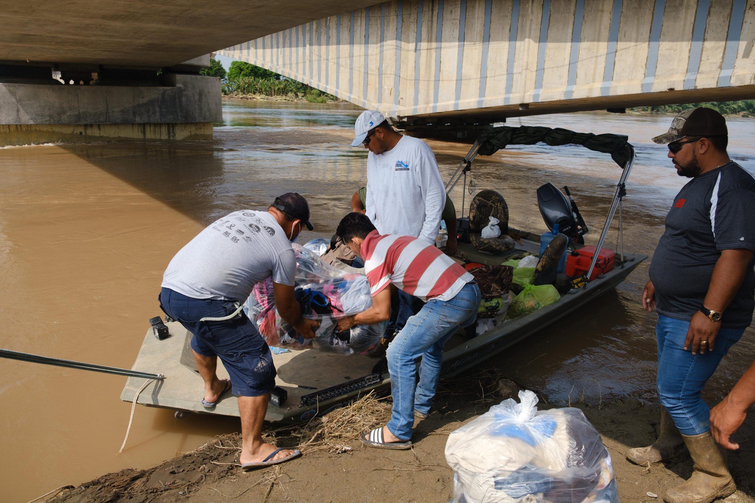 En lancha se trasladan las ayudas hacia los excampos bananeros. El Progreso, Yoro, 8 de noviembre 2020. Foto: Deiby Yanes.