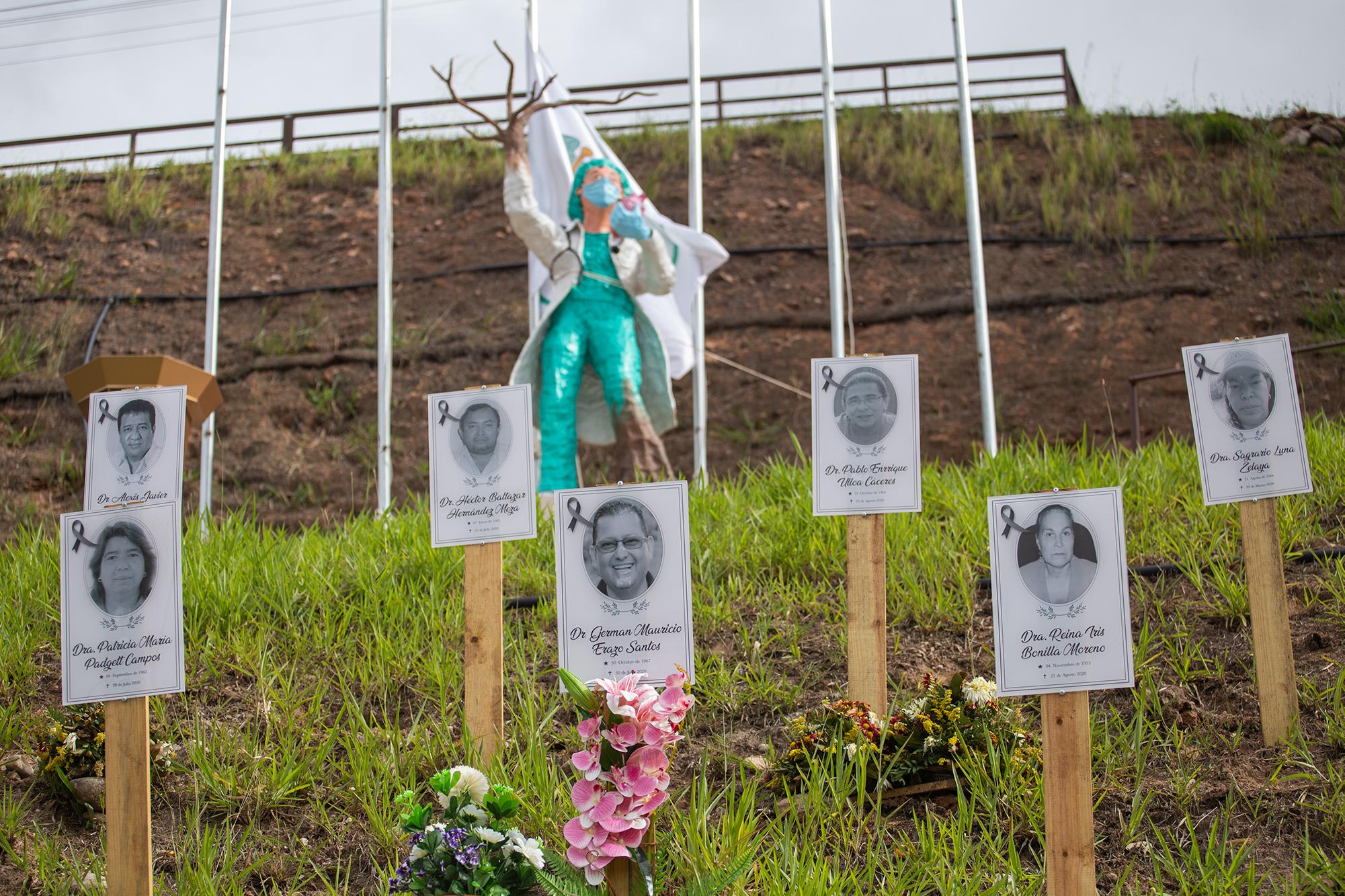 En las afueras de la sede del Colegio Médico de Honduras se puede observar un homenaje que los médicos han hecho para sus colegas fallecidos desde el mes de marzo de 2020. Comayagüela, 2 de noviembre de 2020. Foto: Martín Cálix.