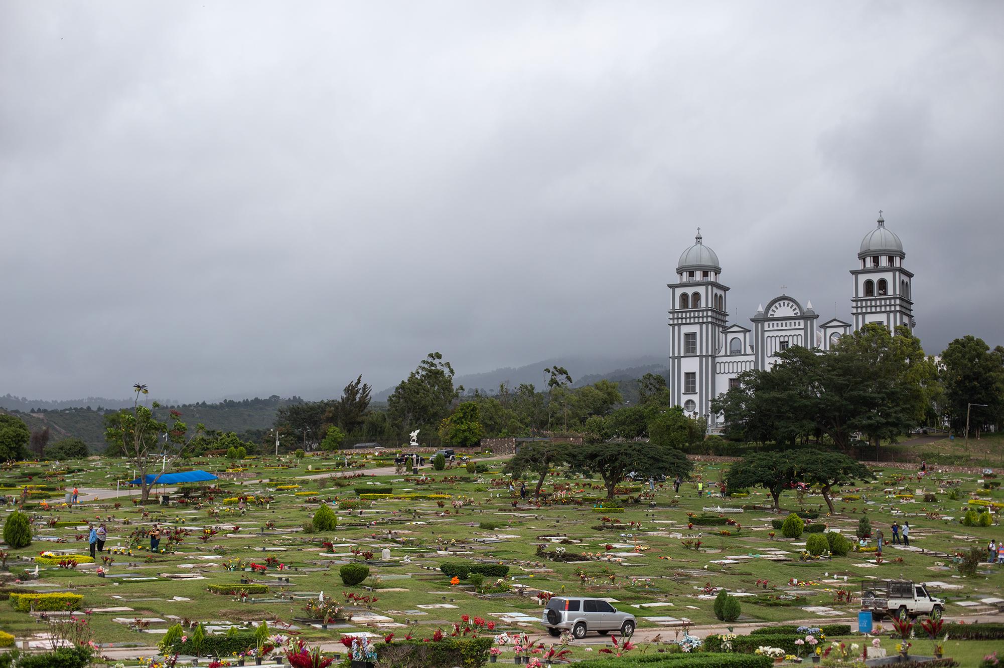Pocas personas han llegado para rendir tributo a sus muertos debido a las restricciones de movilidad que el gobierno hondureño ha impuesto desde el pasado mes de marzo con la llegada de la Covid-19 al país. Tegucigalpa, 2 de noviembre de 2020. Foto: Martín Cálix.