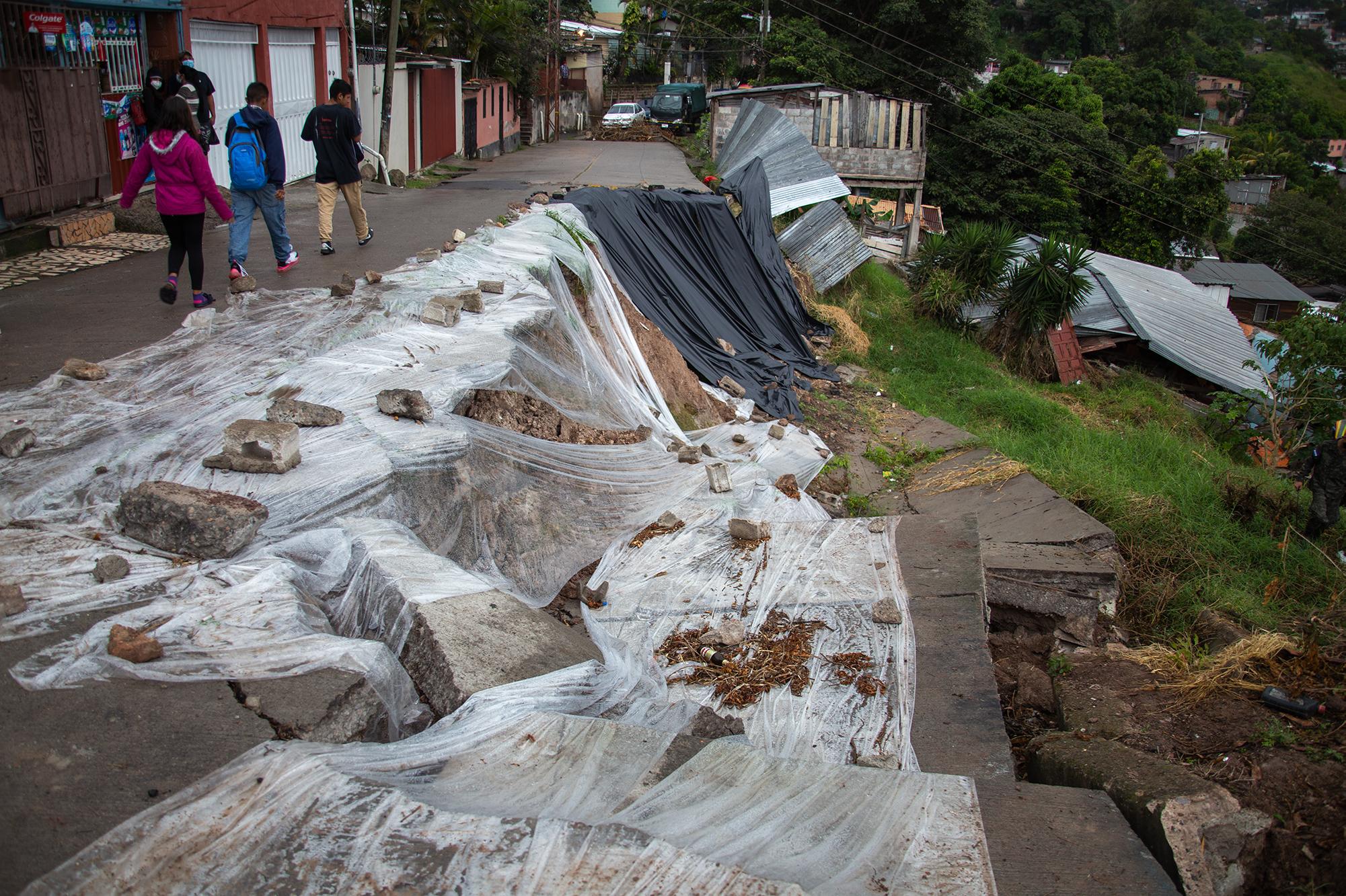 Las primeras lluvias del Huracán Eta provocaron que una calle se hundiera en el Barrio El Reparto de la capital hondureña. Tegucigalpa, 3 de noviembre de 2020. Foto: Martín Cálix.
