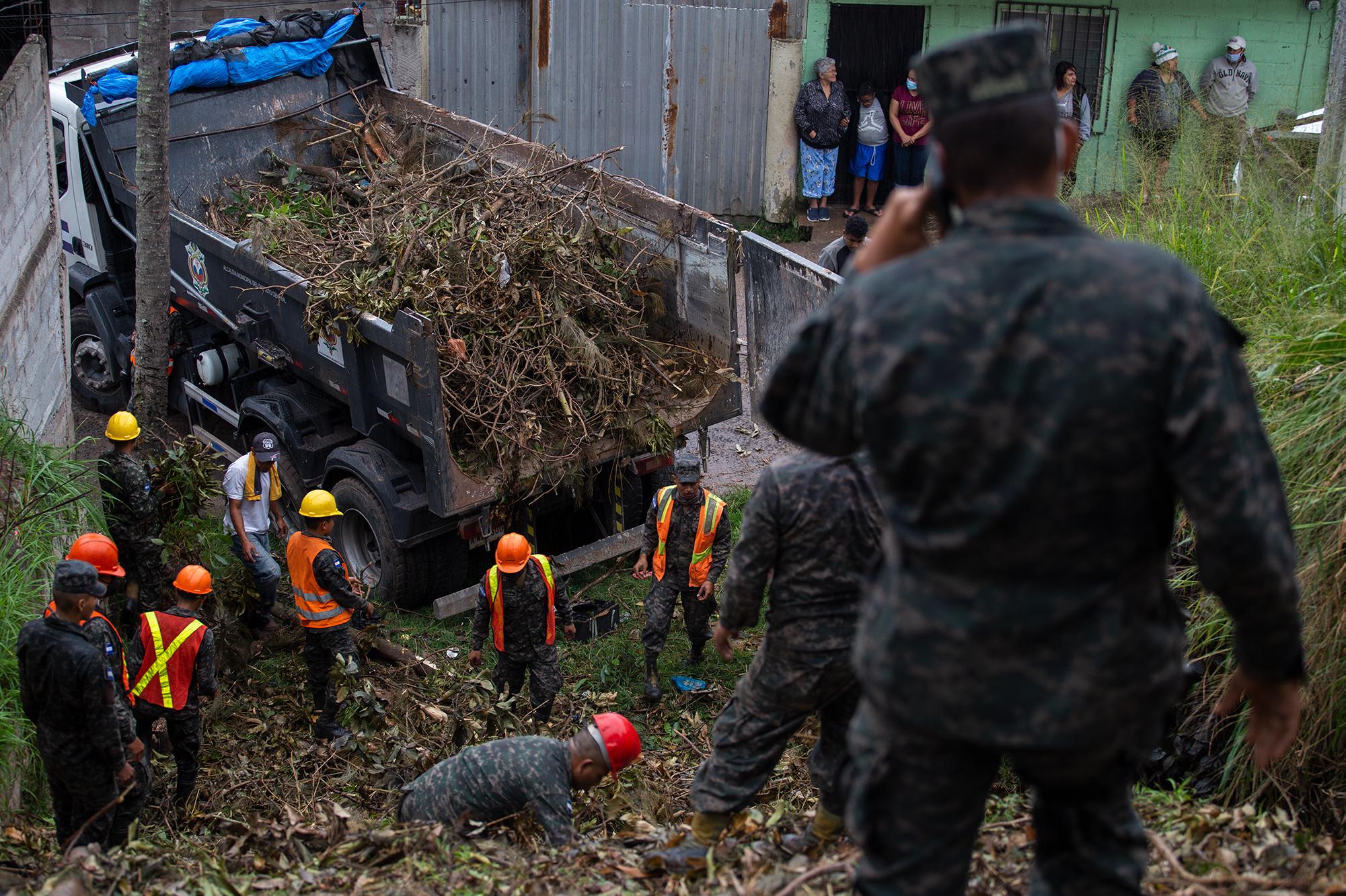 Un equipo del Ejército hondureño realiza labores de contingencia tras el derrumbe de una calle en el Barrio El Reparto. Tegucigalpa, 3 de noviembre de 2020. Foto: Martín Cálix.