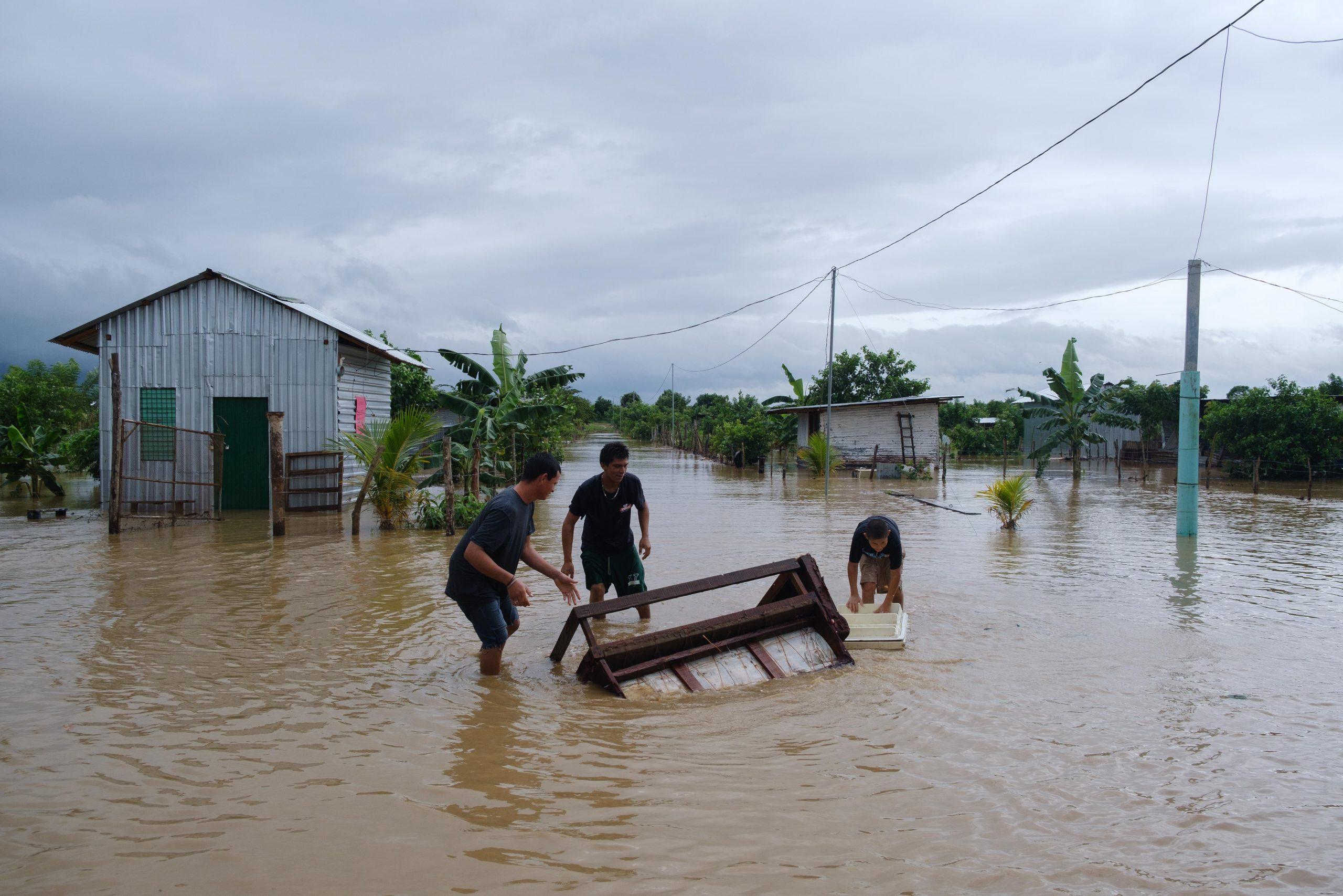 Estos jóvenes tratan de rescatar algo de los muebles de su hogar. El Progreso, Yoro, 3 de nov de 2020, Foto, Deiby Yanes.