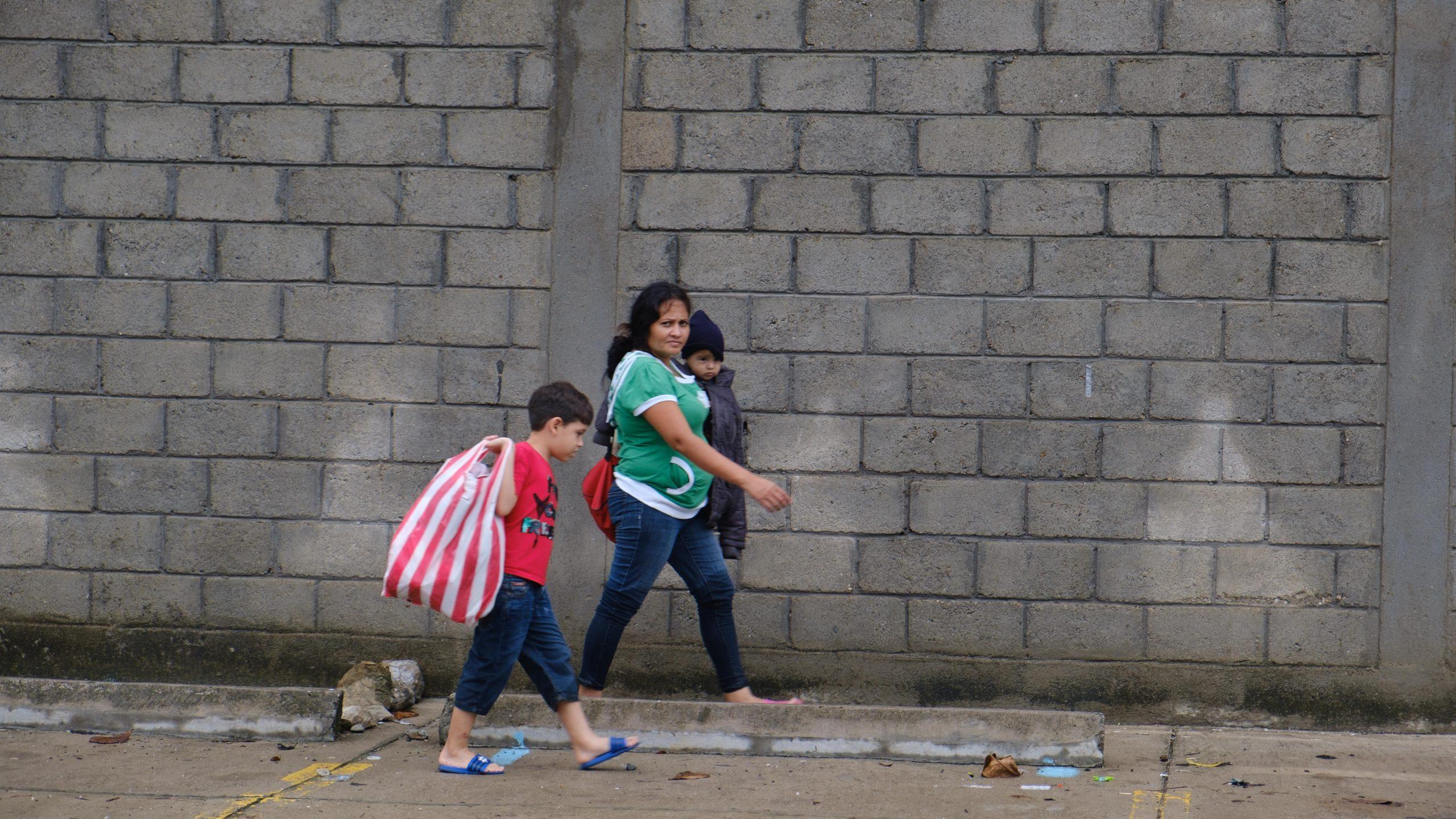 Esta madre y sus hijos salió con lo que pudo para ponerse a salvo de las inundaciones. El Progreso, Yoro, 3 de nov de 2020, Foto, Deiby Yanes.