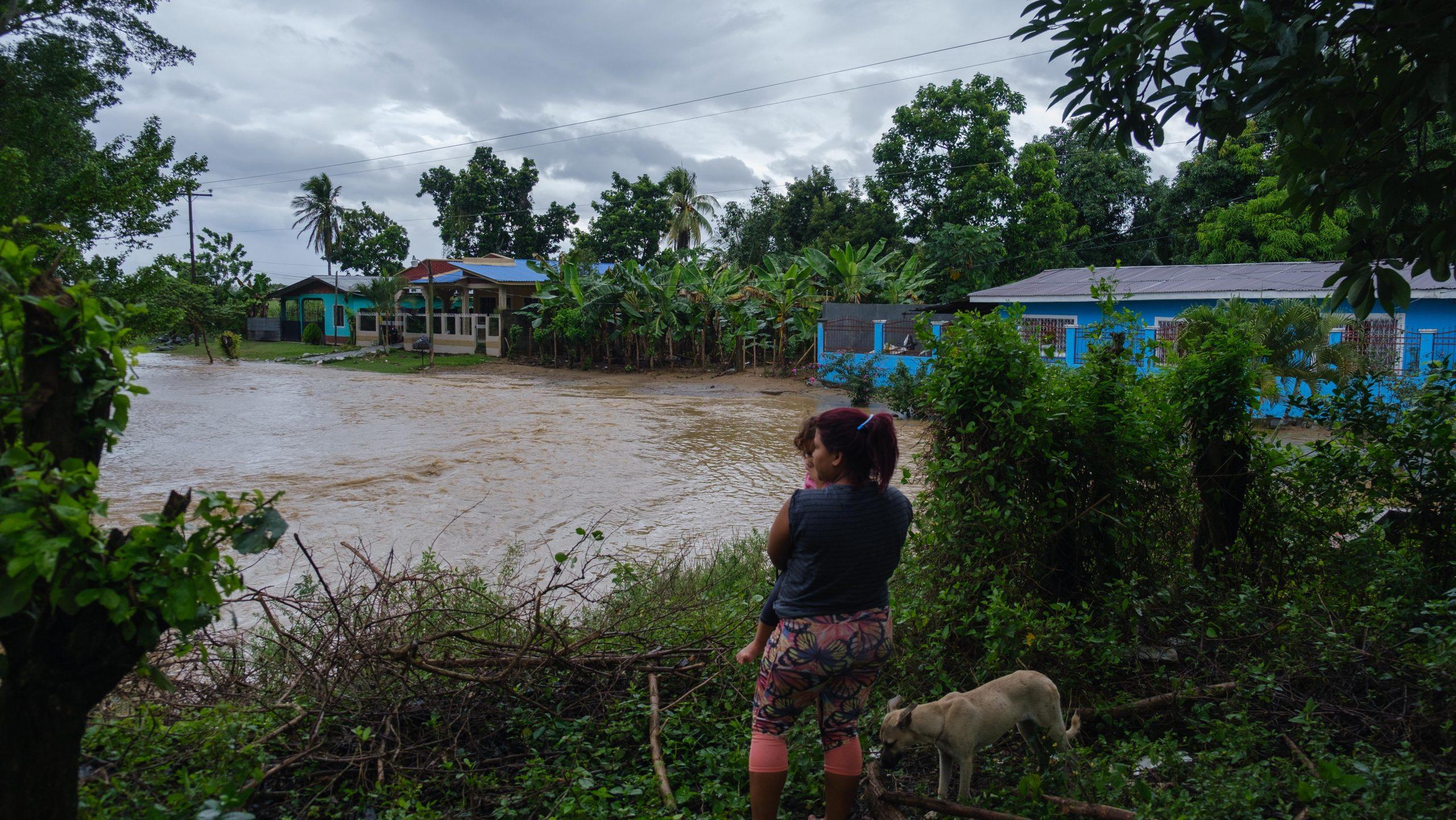 Una joven madre y su hijo observan los daños causados por la quebrada Los Castaños. El Progreso, Yoro, 3 de nov de 2020, Foto, Deiby Yanes.