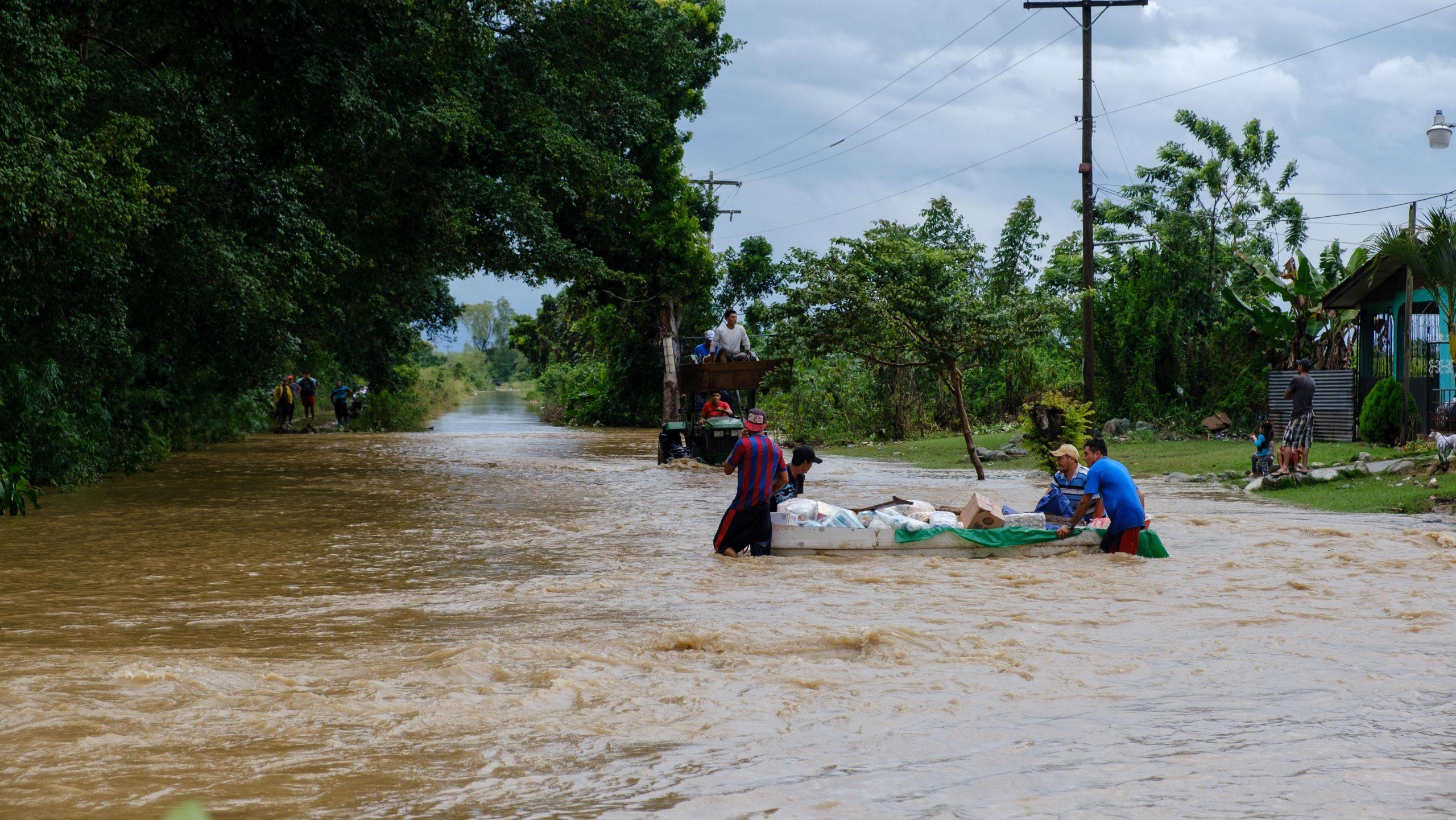 En una lancha llevando víveres hacia las comunidades del sur del municipio. El Progreso, Yoro, 3 de nov de 2020, Foto, Deiby Yanes.