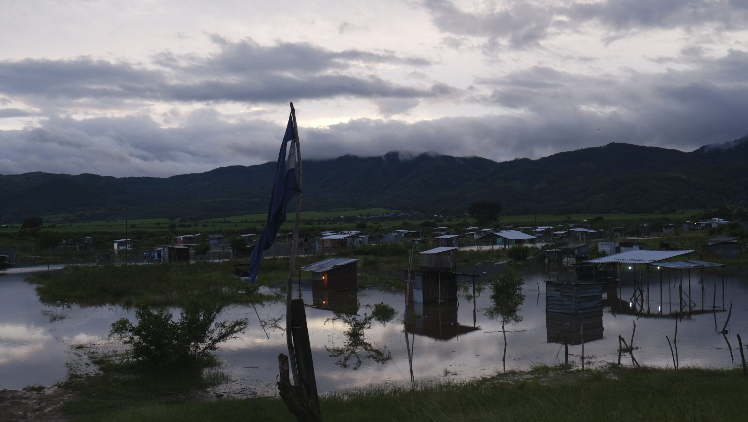 Decenas de casas quedaron anegadas en la colonia La Libertad de Villanueva, Cortés. 3 de noviembre de 2020, Foto, Deiby Yanes.