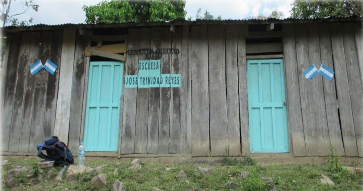 Dos de las cuatro escuelas que Pérez dice que su empresa construyó en la zona a un promedio de 50,000 dólares cada una. Fotografía: cortesía Lenir Perez