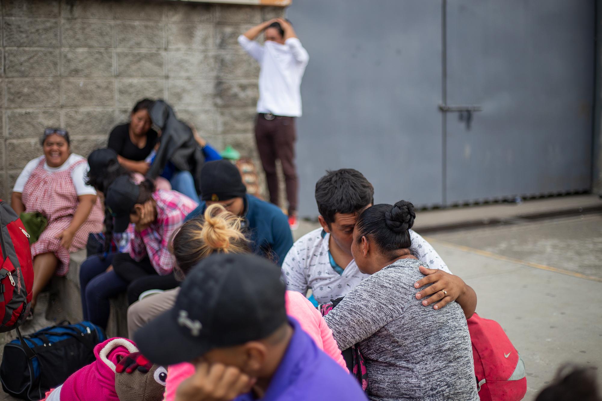 Ever Aceituno de 23 años, originario de Tegucigalpa, acompañado por su esposa Sandra de 35 años que en el momento de esta fotografía tenía tres meses de embarazo, huyeron de la violencia del país en la primera caravana migrante del mes de enero. Ever trabajaba de ayudante de buses en la ruta Cerro Grande–Kennedy en la capital del país, un rubro que, según el Observatorio de la Violencia de la Universidad Nacional Autónoma de Honduras (OV-UNAH), en 2019 contabilizó más de 100 trabajadores asesinados a causa del cobro de la extorsión que ejercen las pandillas. Ever y Sandra se casaron pocos meses antes de la caravana migrante, se conocieron después de que él fue deportado de Estados Unidos cuando se fue en la primer Caravana Migrante de octubre de 2018. San Pedro Sula, Cortés, 14 de enero de 2020. Foto: Fernando Silva.