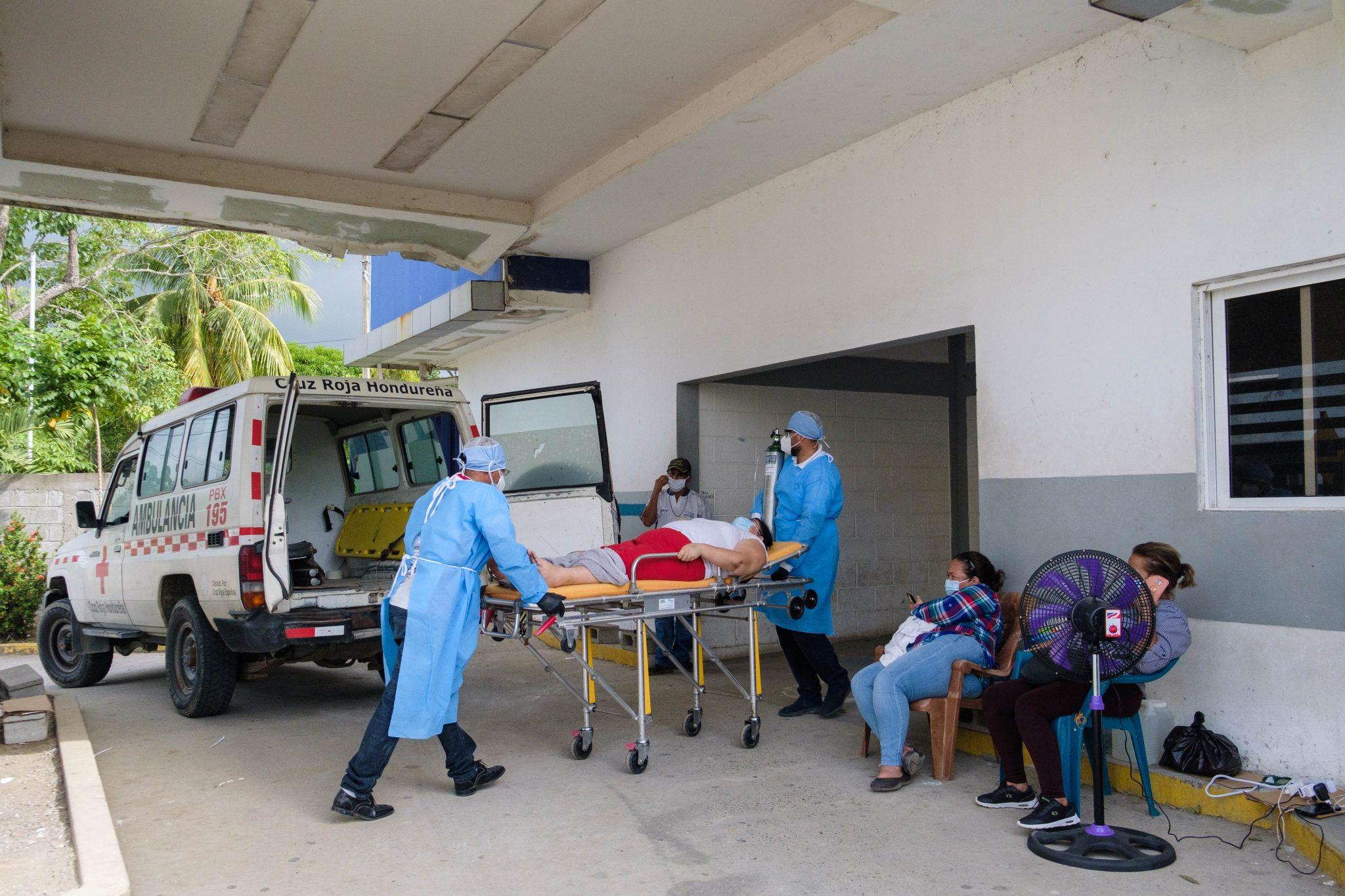 Miembros de la Cruz Roja del municipio de Omoa en el departamento de Cortés, trasladan a una mujer de 43 años de edad, desde la comunidad de Cuyamel hasta el Hospital de Área de Puerto Cortés, presentando complicaciones para respirar debido la COVID-19. En la actualidad, el departamento de Cortés registra 30,882 casos totales de contagio para COVID-19, según datos oficiales registrados a través del Sistema Nacional de Gestión de Riesgo. Puerto Cortés, 16 de julio de 2020. Foto Deiby Yanes.