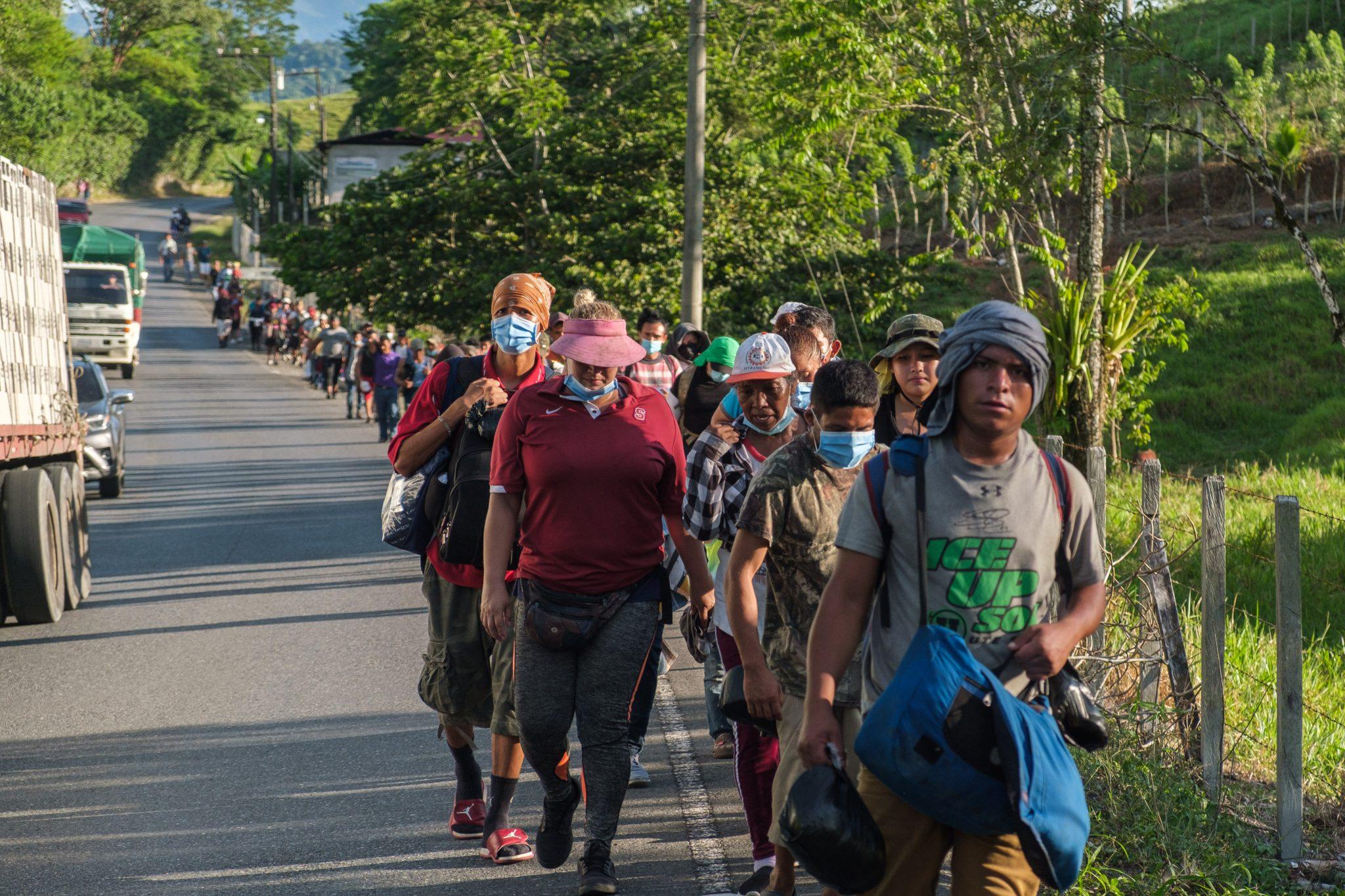 Unas 3000 personas salieron de Honduras el 1 de octubre. No hubo mayor intento por parte del Gobierno hondureño de frenarles el paso como en las caravanas anteriores. En cambio, el Gobierno de Guatemala que respondió con una estrategia de contención y persecución de los migrantes evitó que esta nueva caravana avanzara hacia territorio mexicano, algo que parece haber sido la extensión del muro de Trump. Livingston, Izabal, Guatemala. 3 de octubre de 2020. Foto: Deiby Yanes.
