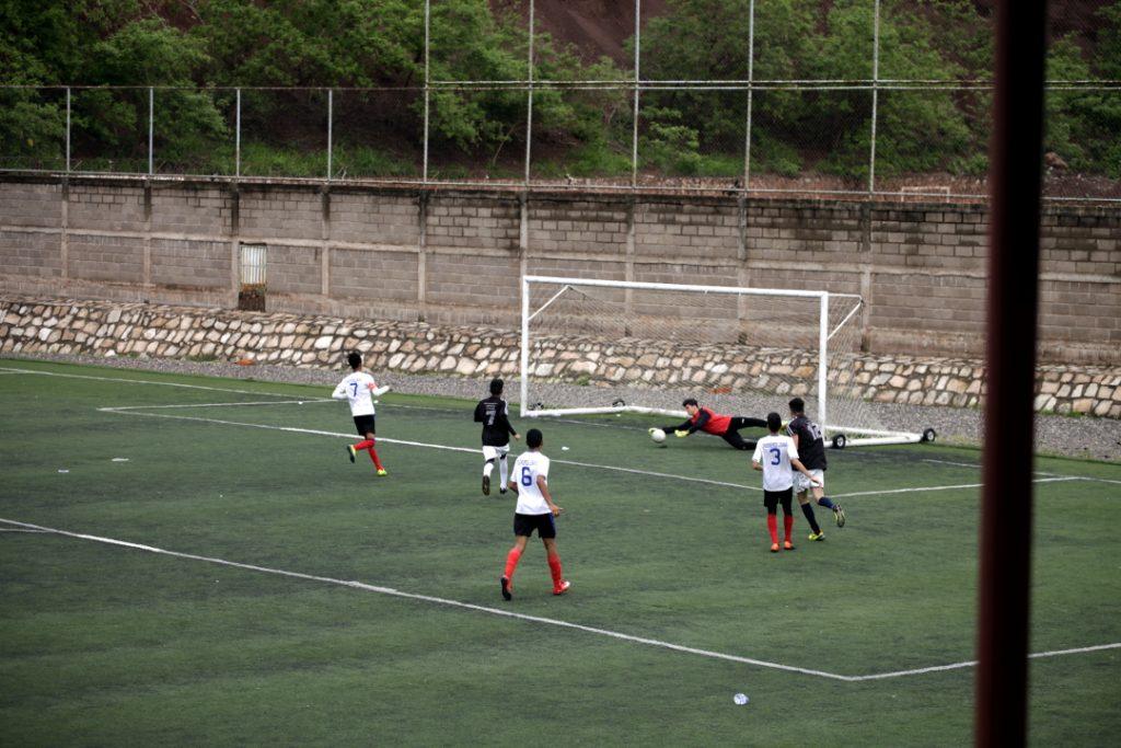 El portero de Guerreros Lencas ataja un disparo directo al arco durante un partido de la liga federada de la cancha Birichiche de Tegucigalpa.