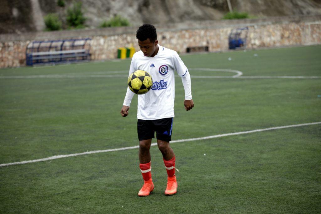 Un joven de Guerreros Lencas domina el balón tras finalizar un partido en la cancha de Birichiche en Tegucigalpa.