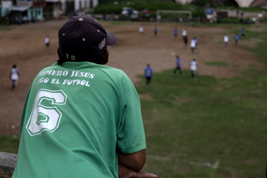 «Primero Jesús luego el fútbol» y el número 6, se leen en la camiseta de un aficionado