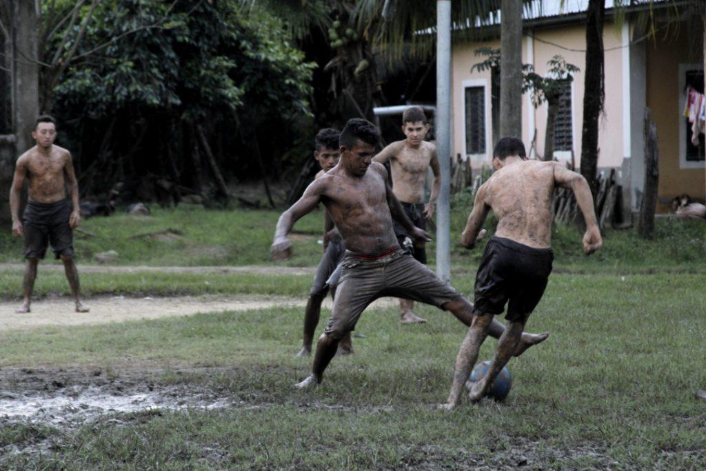 Los jóvenes pasan el tiempo libre durante las tardes jugando fútbol.