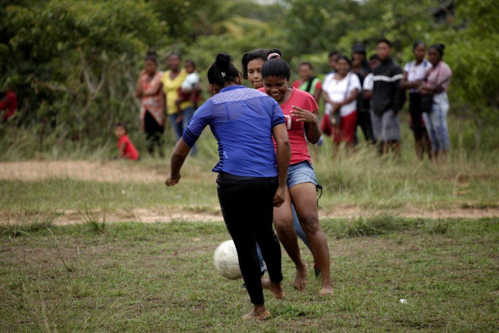 En la moskitia las mujeres juegan fútbol sin uniforme, sin zapatos
