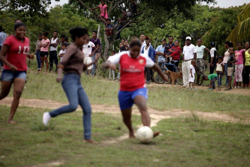 El l público viendo jugar a a liga femenina de fútbol de Puerto Lempira.