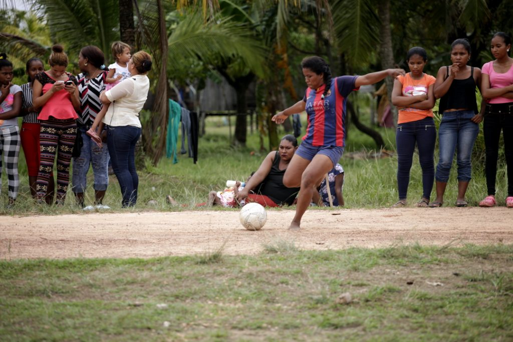 Una jugadora miskita de la liga femenina de fútbol de Puerto Lempira realiza un tiro de esquina