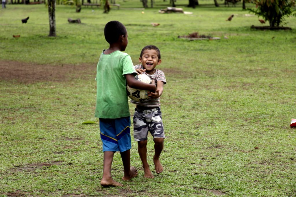 Niños juegan con un balón de fútbol en la comunidad de Mavita en la Moskitia hondureña.