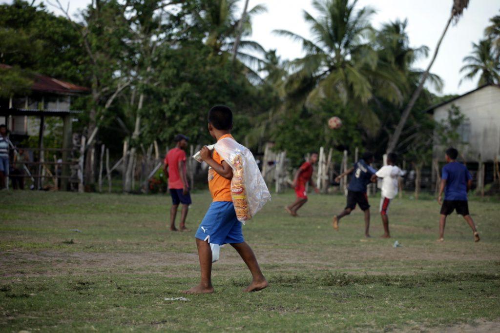 Un niño observa un partido de fútbol en la comunidad de Cauquira en la Moskitia hondureña.