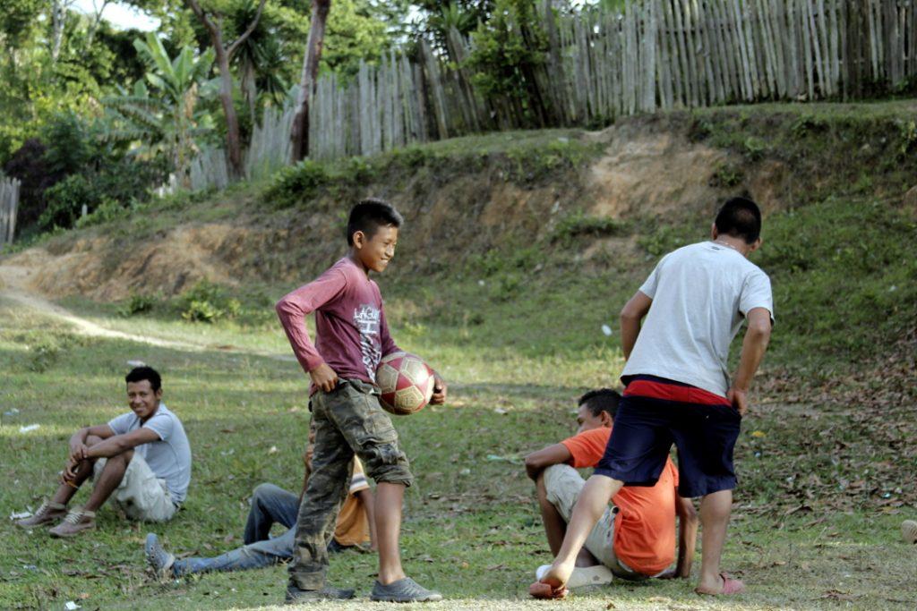 Niños Tolupanes en San Francisco de Locomapatomando un descanso durante un partido de fútbol.