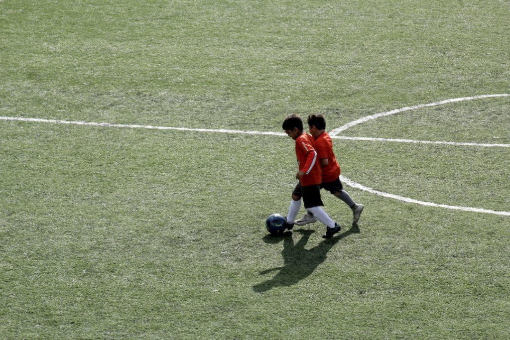 Las canchas sintéticas se han traducido en la privatización del fútbol.
