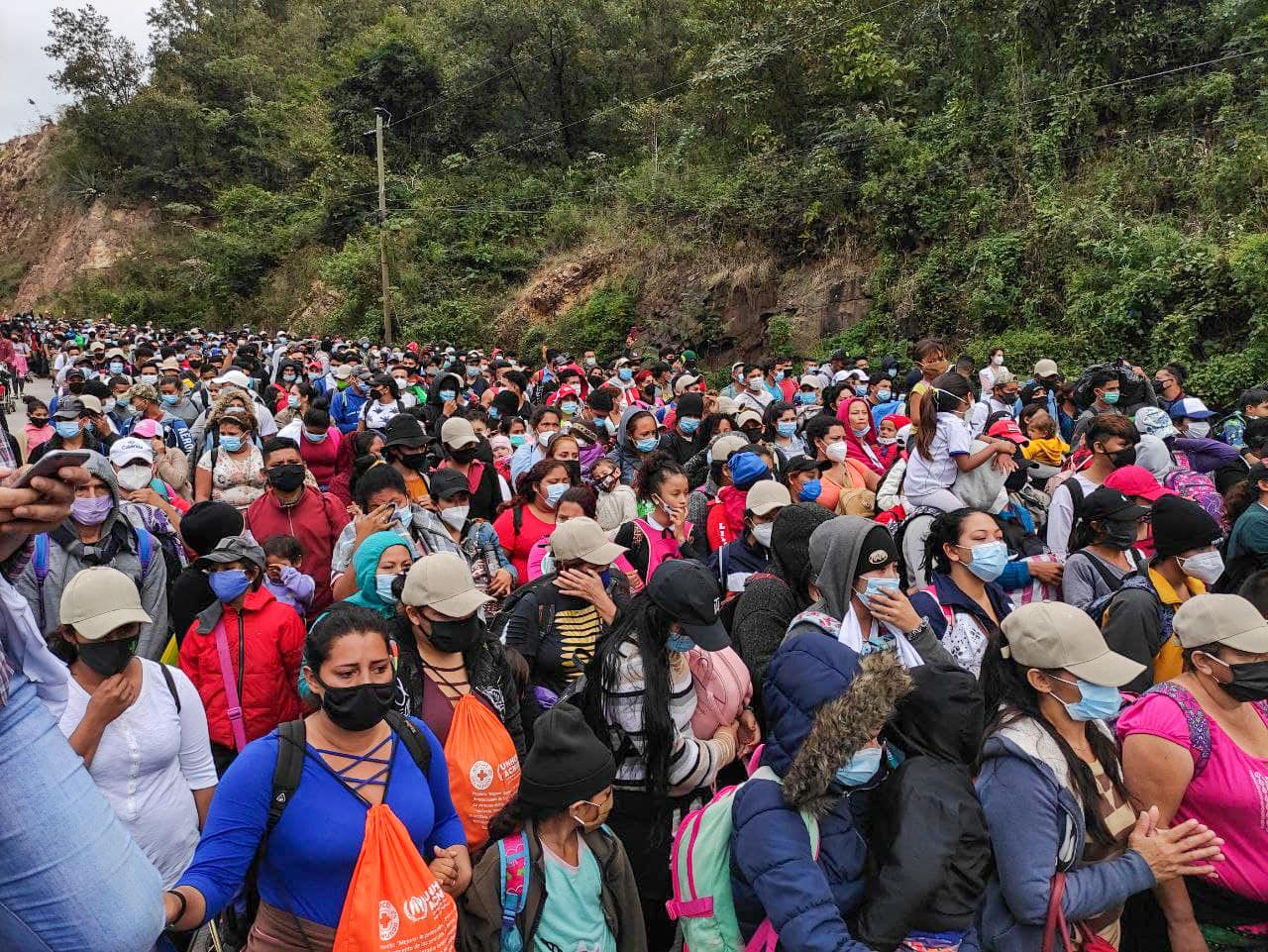 Unos 2000 hondureños integrantes de la caravana migrante son retenidos por un cordón policial guatemalteco antes de llegar al puesto fronterizo de El Florido. Frontera entre Honduras y Guatemala, 16 de enero de 2021. Foto: Deiby Yánes.