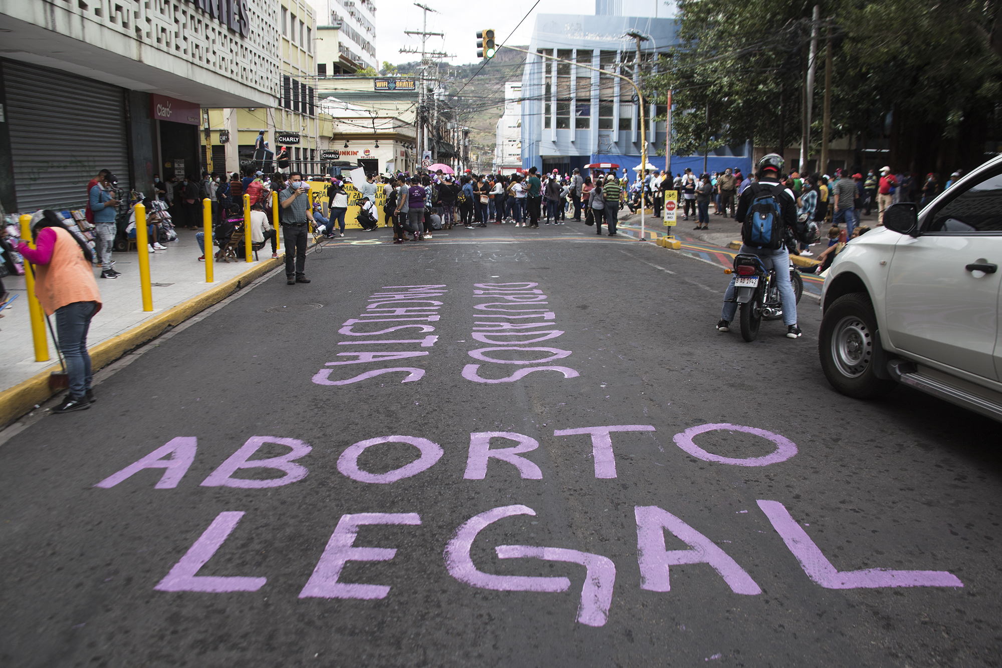 Pinta en contra de los diputados y a favor del aborto realizada en la calle frente a la Catedral de Tegucigalpa, a causa del cordón policial que impidió seguir la movilización hasta los bajos del Congreso. Tegucigalpa,  25 de enero de 2021. Foto: Ezequiel Sánchez / Contracorriente.