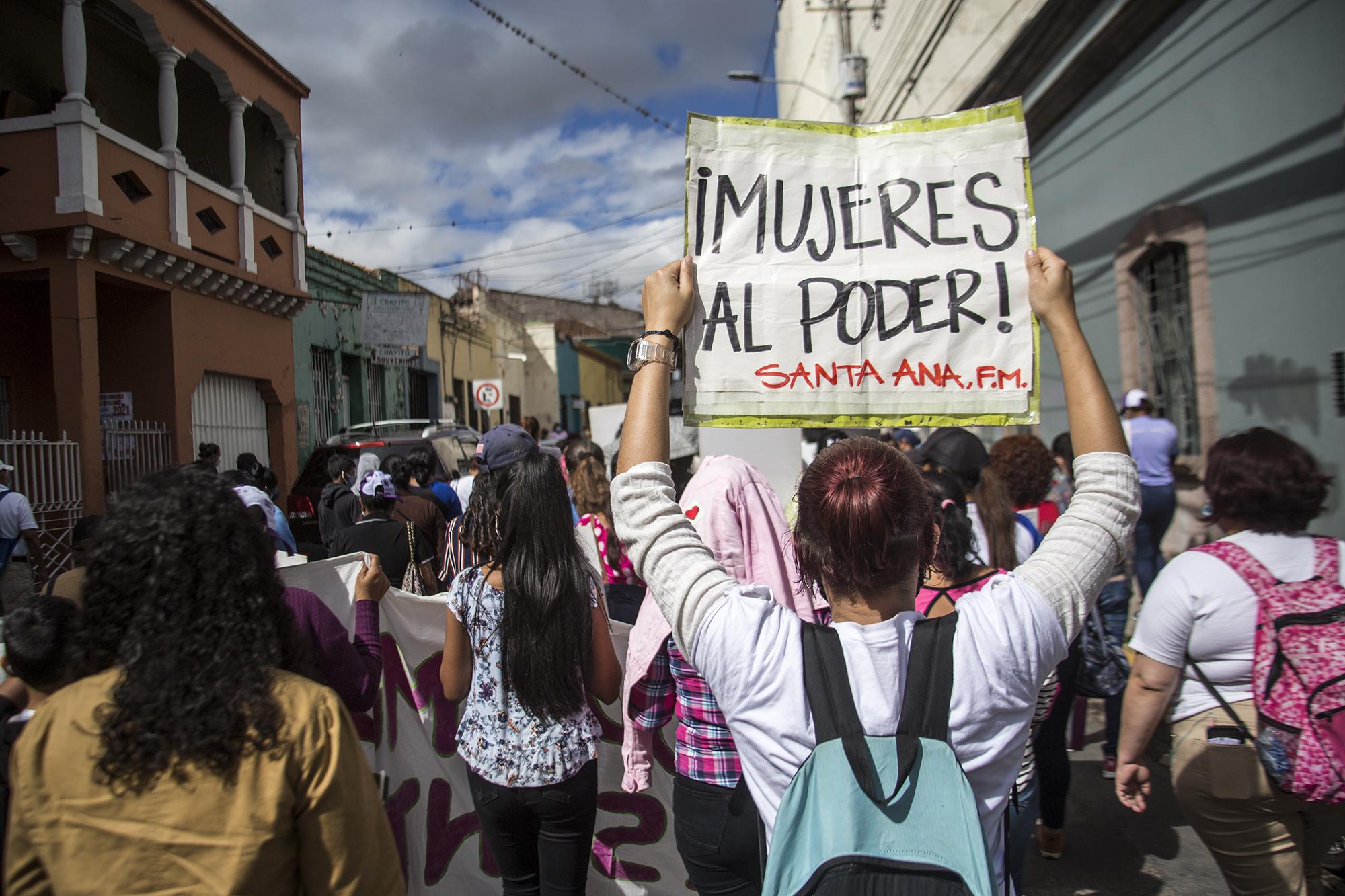 Una feminista de Santa Ana, Francisco Morazán, sostiene un cartel durante la movilización al Congreso. Tegucigalpa,  25 de enero de 2021. Foto: Ezequiel Sánchez / Contracorriente.
