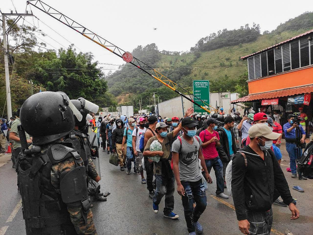 Militares guatemaltecos observan a los integrantes de la caravana que ingresan al territorio de Guatemala. El Gobierno del país vecino lamentó a través de un comunicado la transgresión de su frontera y solicitó a Honduras tomar medidas para contener el flujo migratorio. El Florido, frontera de Honduras y Guatemala, 16 de enero de 2021. Foto: Deiby Yánes.