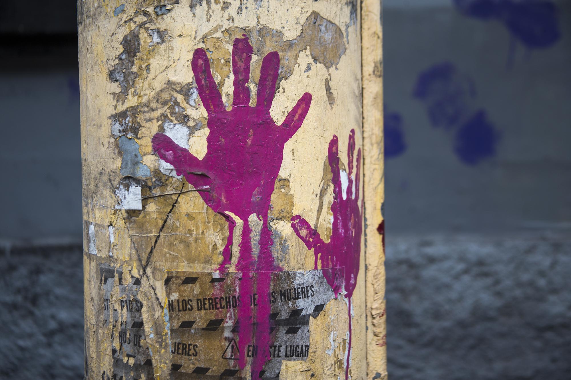 A lo largo del recorrido entre El Arbolito y el Congreso Nacional se pudieron encontrar rastros de la movilización feminista realizada el 8 de marzo de 2020, días antes que se declarara el toque de queda por la pandemia de Covid-19. Tegucigalpa,  25 de enero de 2021. Foto: Ezequiel Sánchez / Contracorriente.