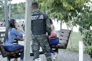 Policía militar en parque de Tegucigalpa
