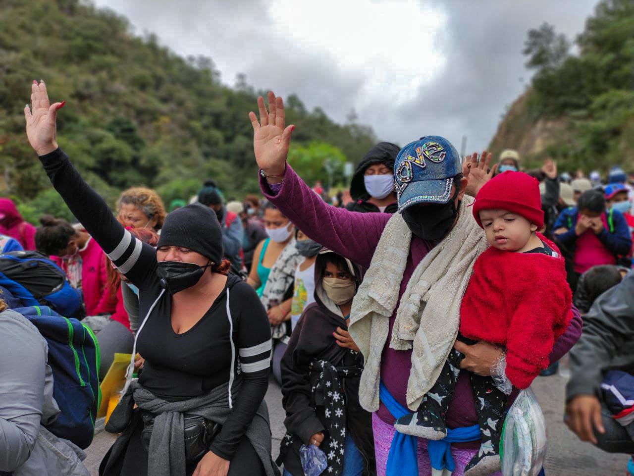 Wendy, su hija de ocho años —una de tres—, realizaron junto a miembros de la caravana una oración por protección divina y para que se les permita continuar su travesía hacia Estados Unidos. El Florido, frontera de Honduras y Guatemala, 16 de enero de 2021. Foto: Deiby Yánes.