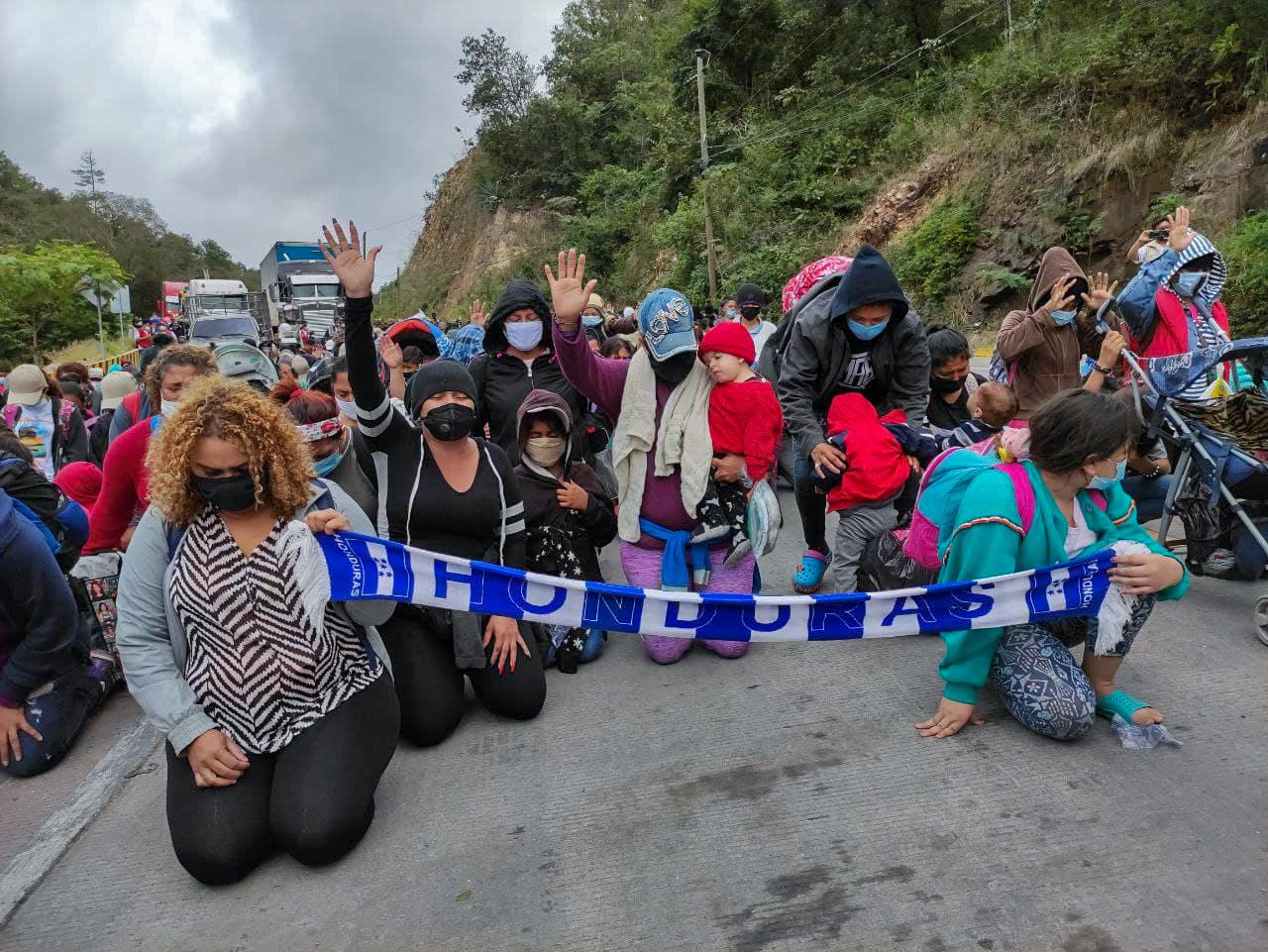 Mujeres hondureñas integrantes de la caravana, se arrodillaron invocando el poder de Dios para avanzar hacia territorio guatemalteco. El Florido, frontera de Honduras y Guatemala, 16 de enero de 2021. Foto: Deiby Yánes.