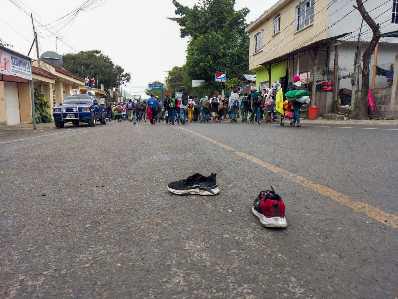 Tras irrumpir de forma forzosa en territorio guatemalteco, los hondureños miembros de la caravana dejaron en el camino zapatos, bolsas y otras pertenencias. El Florido, frontera de Honduras y Guatemala, 16 de enero de 2021. Foto: Deiby Yánes.
