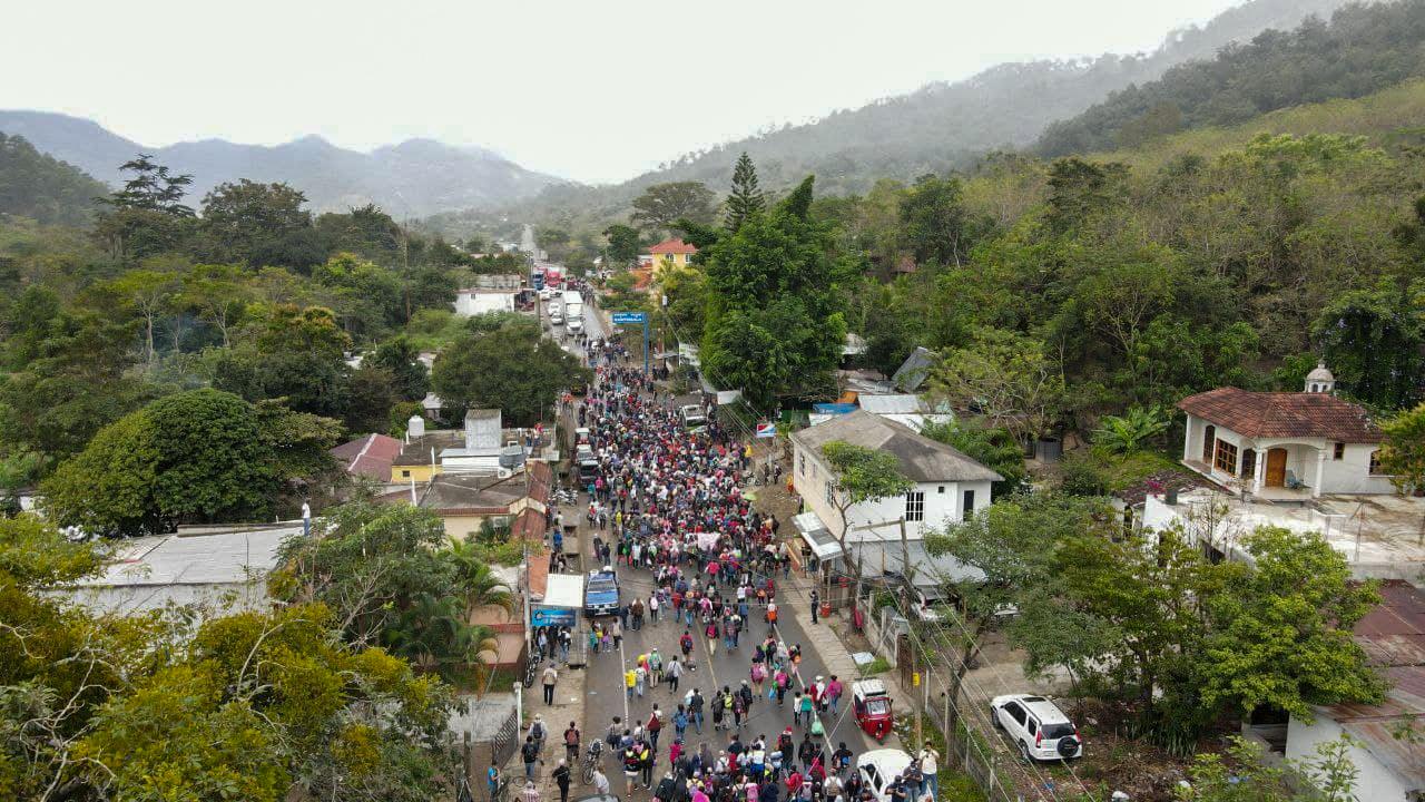 Vista aérea de parte del grupo de migrantes hondureños ingresando al territorio guatemalteco. Las autoridades migratorias de ese país han retenido a 1108 hondureños, de los cuales 173 ya fueron retornados. El Florido, frontera de Honduras y Guatemala, 16 de enero de 2021. Foto: Deiby Yánes.