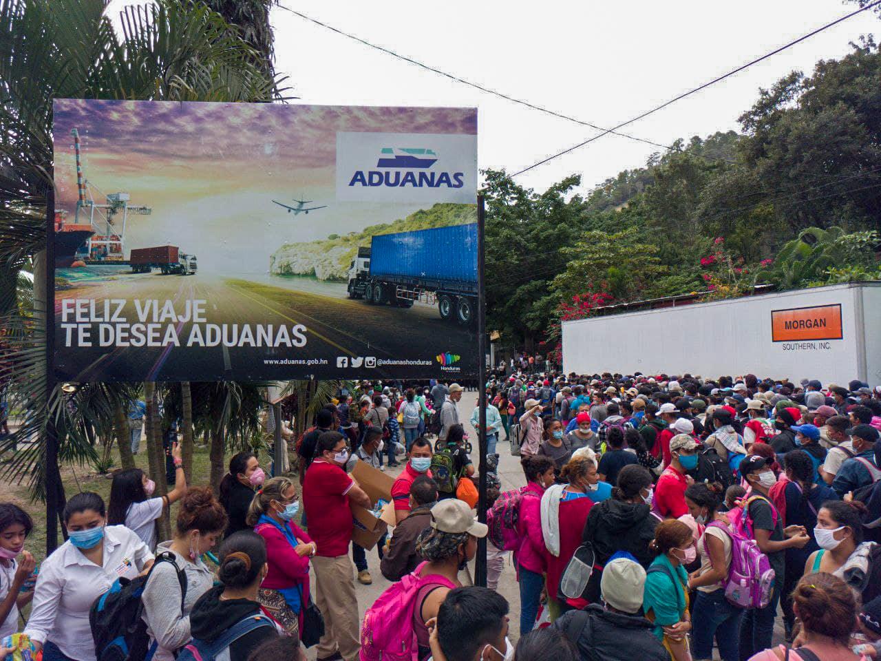 La caravana en el punto de control migratorio de Honduras en la aduana de El Florido. Entre la noche del viernes y la mañana del sábado unos 7000 hondureños ingresaron en caravana a Guatemala. El Florido, frontera de Honduras y Guatemala, 16 de enero de 2021. Foto Deiby Yánes.