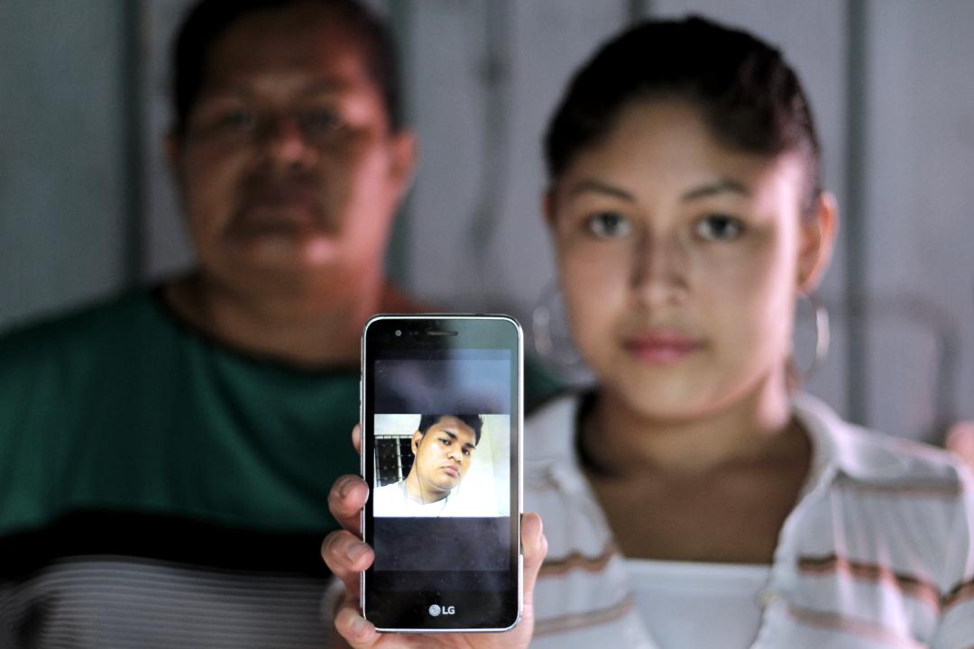 Angie (18 años) y Norma (40 años), pareja y madre de José Orlando Ordóñez (22 años), quien junto a su hermano sigue preso en El Pozo. Capturado en Pimienta, Cortés enfrenta juicio por incendio de la posta durante protestas. Foto: Martín Cálix.