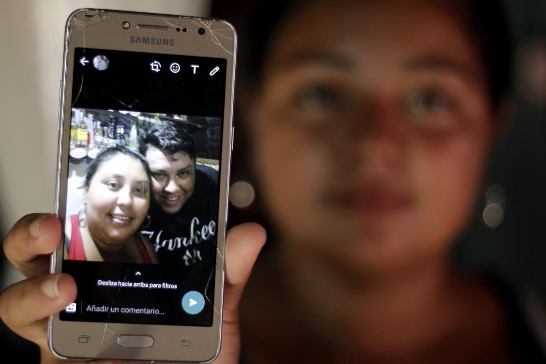 Astrid (19 años), esposa de Francisco Miguel Gómez (27 años) y cuñada de Lourdes Johana Gómez (36 años). Francisco está preso en El Pozo y Lourdes en el Centro Penal de Tela, departamento de Antlantida. Ahora Astrid es quien está a cargo de los hijos de Lourdes.