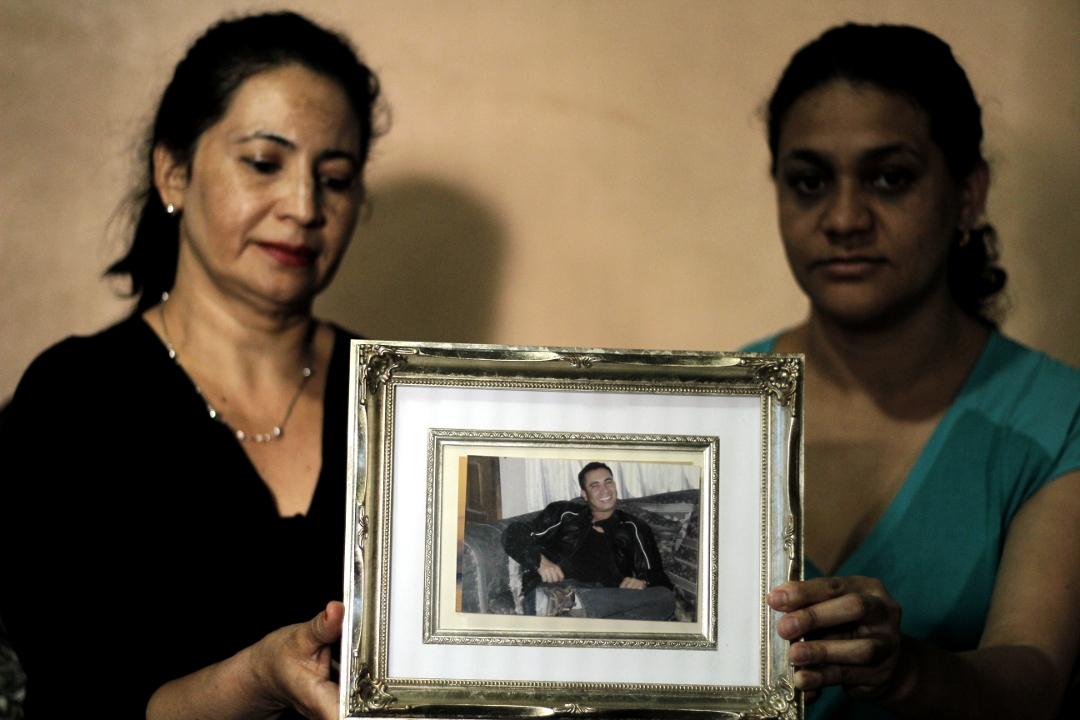 Delmis y Mirna, hermanas de Edwin Espinal, capturado en Tegucigalpa y preso en La Tolva, cárcel de máxima seguridad en El Paraíso. Foto: Martín Cálix.