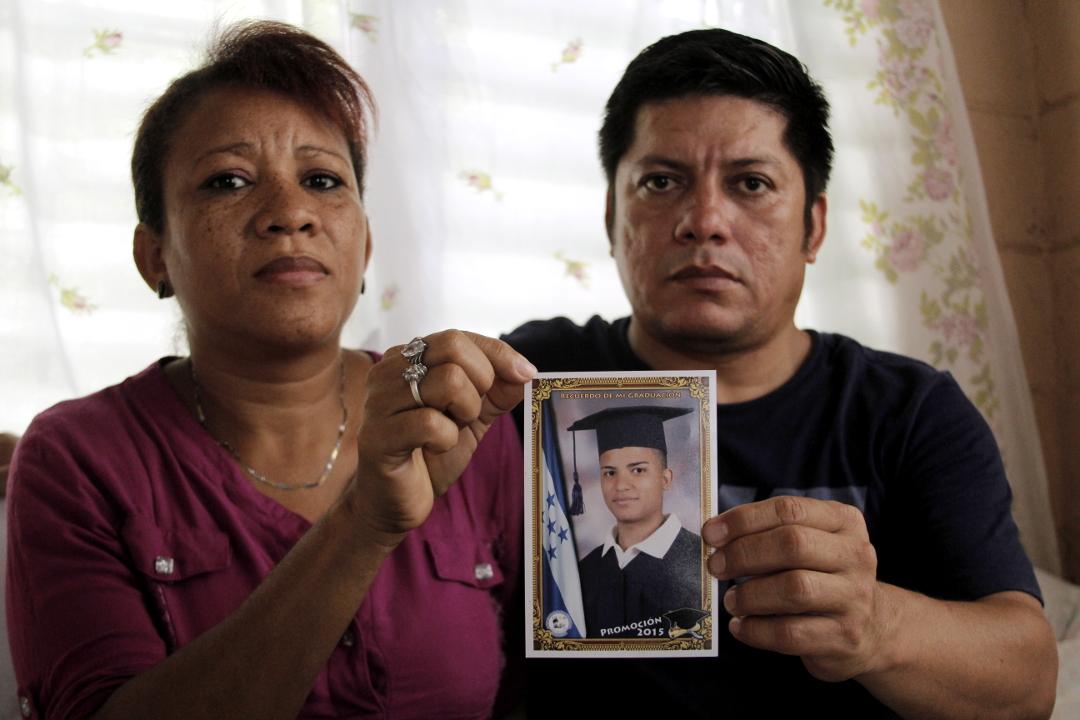 Bessy y Alfonso, padres de Edy Gonzalo Valle Larios, quien está preso en El Pozo desde el 15 de febrero, acusado por el delito de asociación ilícita y detenido junto a 5 personas en Choloma, departamento de Cortés. Foto: Martín Cálix.