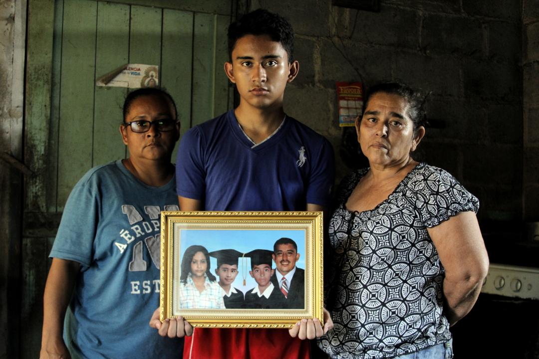 Familia de Jhonny Andrés Salgado. Acusado de portación de indumentaria policial actualmente se defiende en libertad en El Progreso, Yoro. Foto: Martín Cálix.