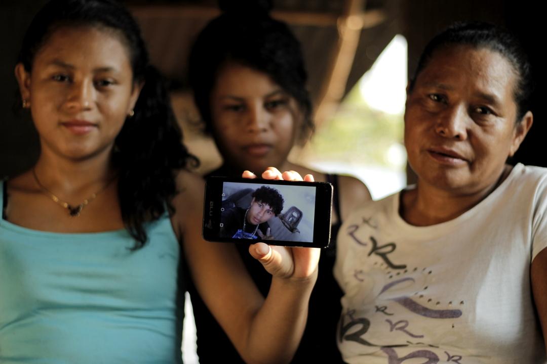 Donatila Banegas, madre de Javier Banegas (18) preso en El Progreso, Yoro. En la fotografía con sus hijas, hermanas de Javier. Foto: Martín Cálix.